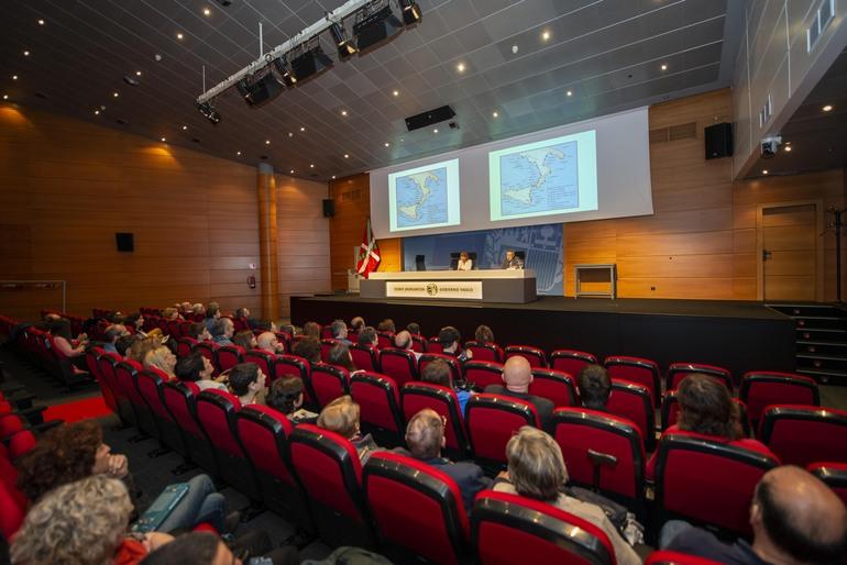 Cristina Uriarte y Luis Chillida junto con el alumnado galardonado y sus profesores y profesoras