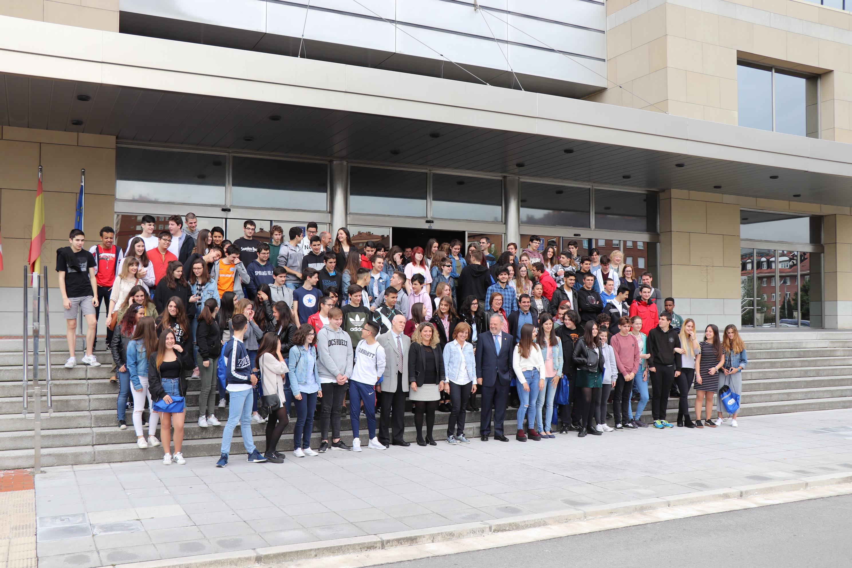 Uriarte y Azpiazu sailburuak 100 ikasle baino gehiagorekin izan dira Lakuara egin duten bisitaldian, Ekonomia Itunaren 140 urteurrenaren esparruan