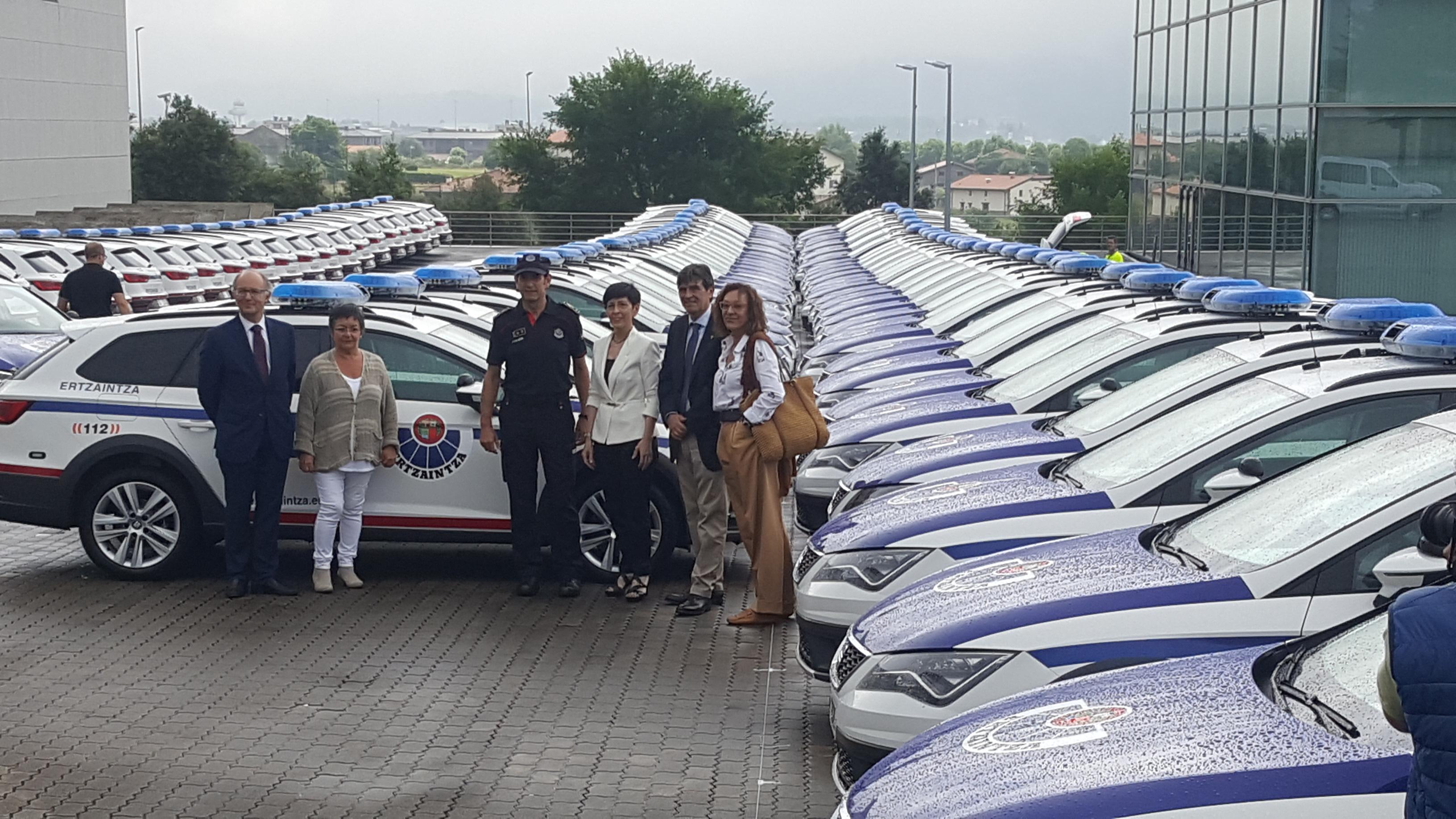 El Departamento de Seguridad recibe los primeros 150 coches patrulla con distintivo para las Ertzain-etxeas