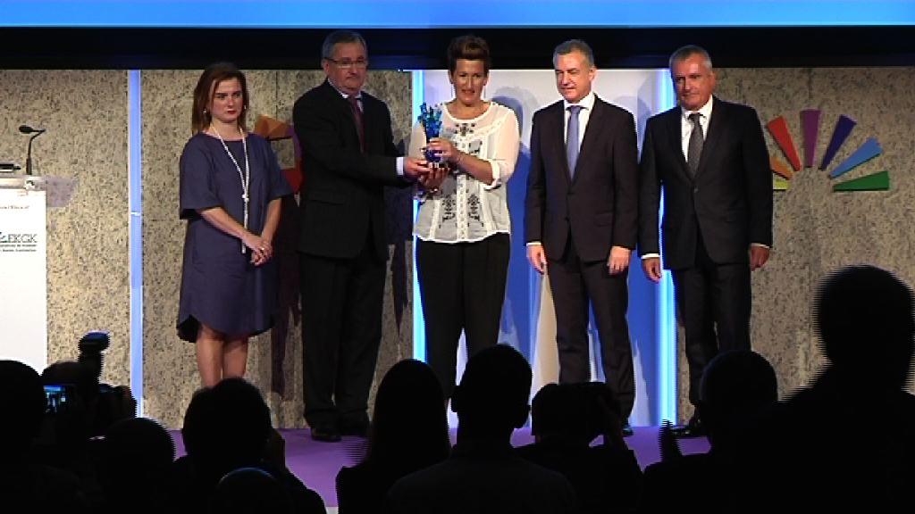 """El Lehendakari destaca el ideario del mundo cooperativo responsable, igualitario y solidario que reconoce el premio """"Denon Artean"""""""