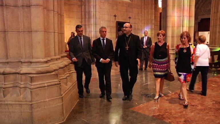 El Lehendakari ha asistido a la Catedral del Buen Pastor para dar el último adiós al Obispo José María Setién