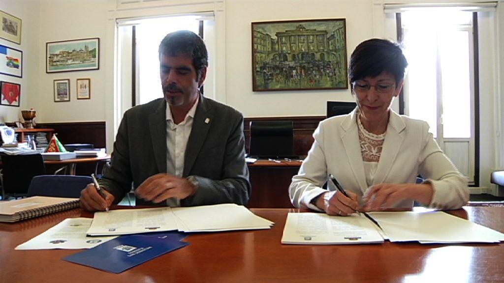 Seguridad y el Ayuntamiento de Donostia firman un convenio para mejorar la cooperación de Ertzaintza y Policía Local y dar un mejor servicio a la ciudadanía