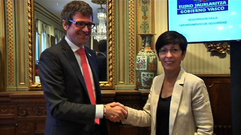 Seguridad y el Ayuntamiento de Vitoria-Gasteiz firman un convenio para mejorar la cooperación de Ertzaintza y Policía Local y dar un mejor servicio a la ciudadanía