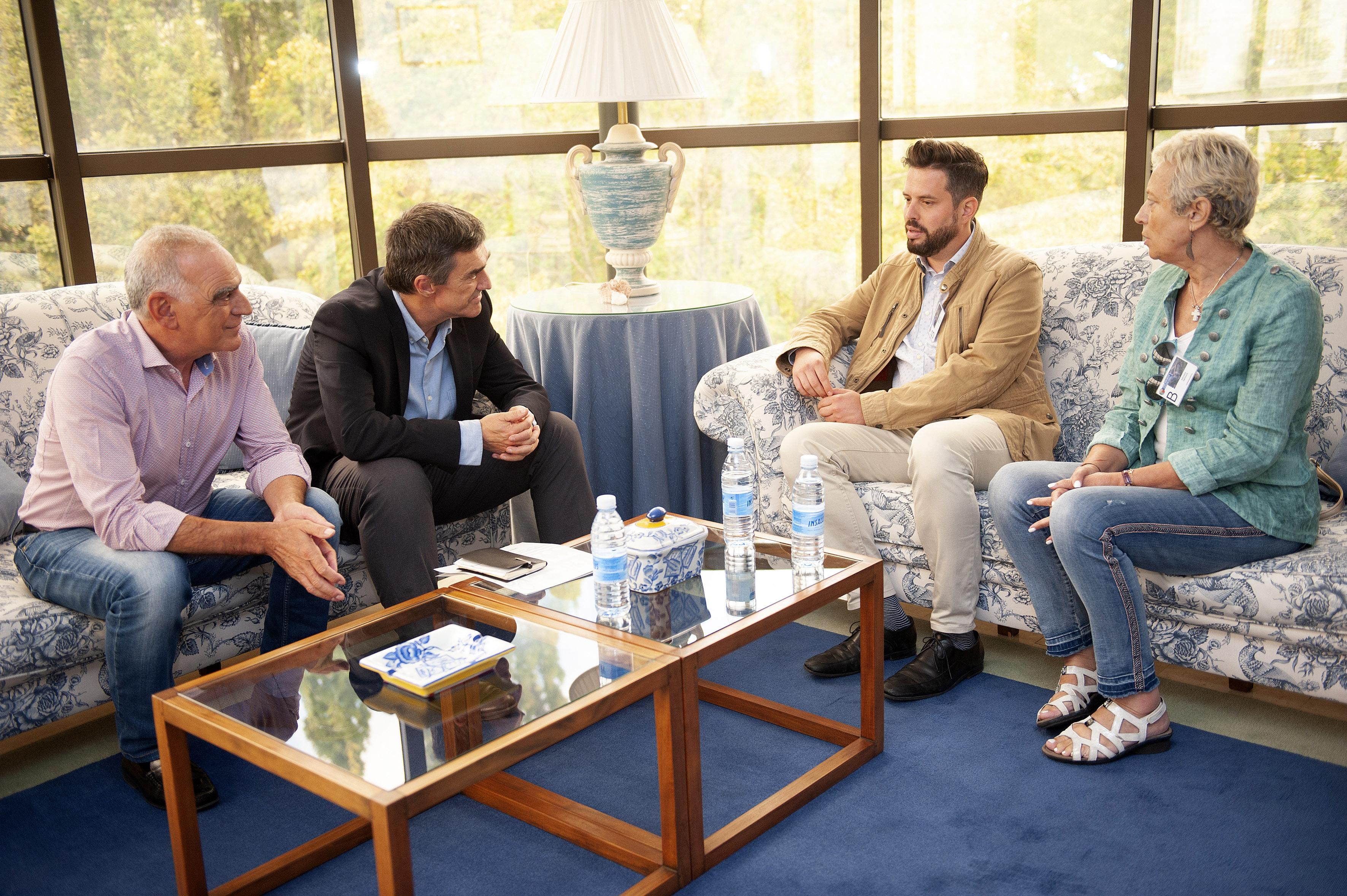 Jonan Fernandez ETAk hil zuen Antonio Cedilloren familiartekoekin bildu da