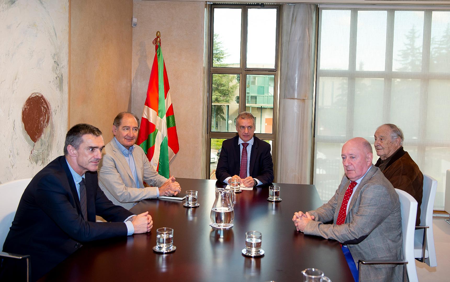 El Lehendakari se reúnecon los miembros del Grupo Internacional de Contacto Brian Currin, Alberto Spektorowskiy Raymond Kendall