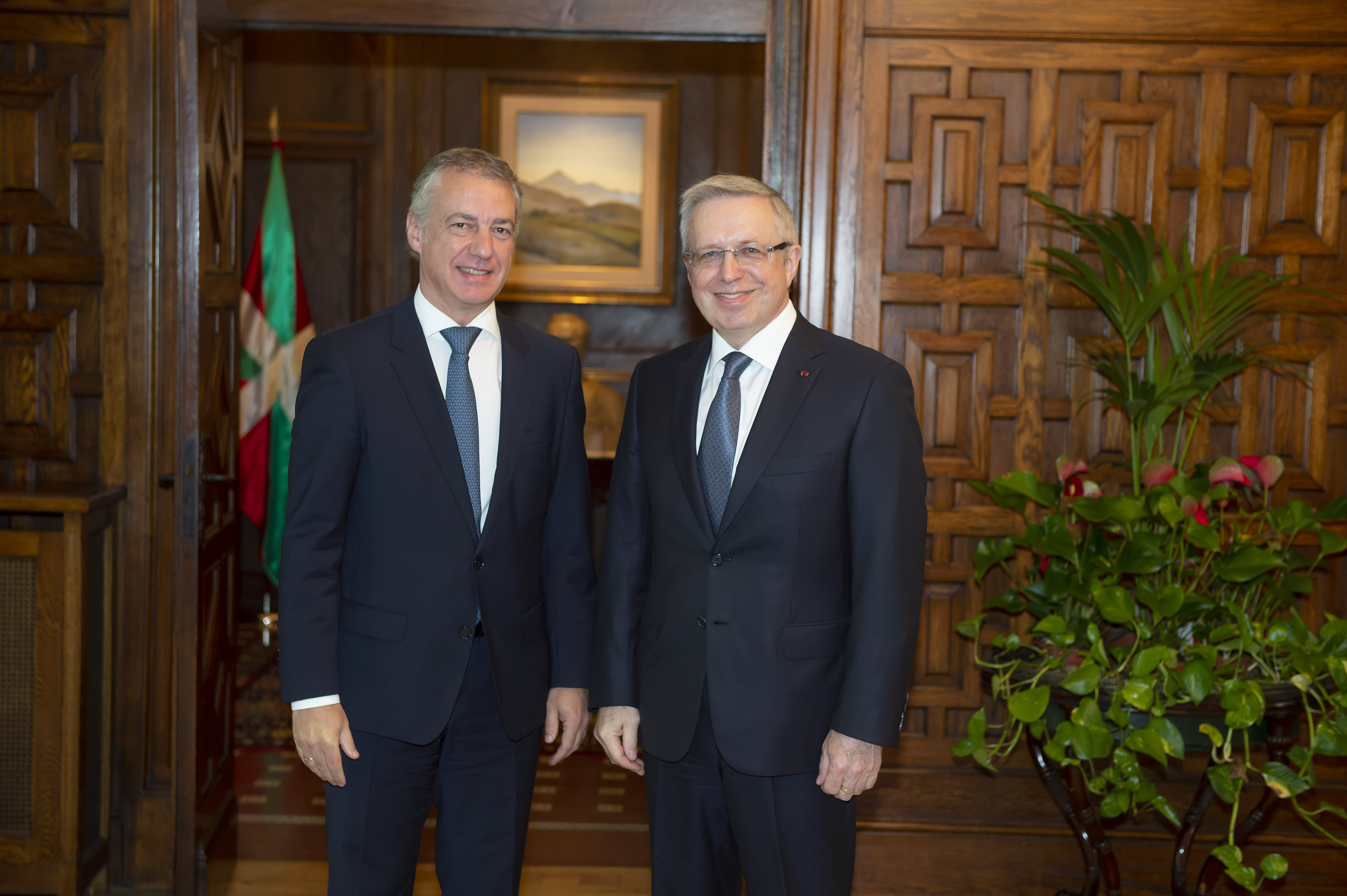 El Lehendakarirecibe al Embajador de Kazajistán