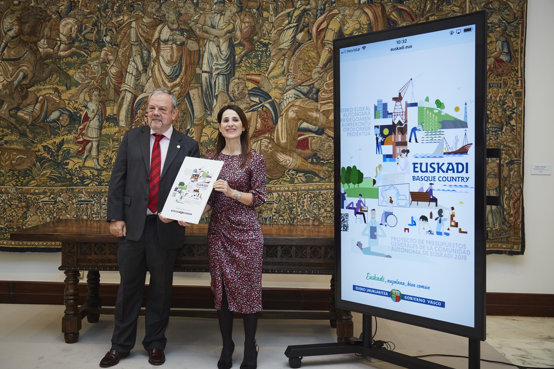 Pedro Azpiazu sailburuak Legebiltzarreko presidenteari Euskadiren 2019 ekitaldirako Aurrekontu Orokorren Lege-proiektua entregatu dio