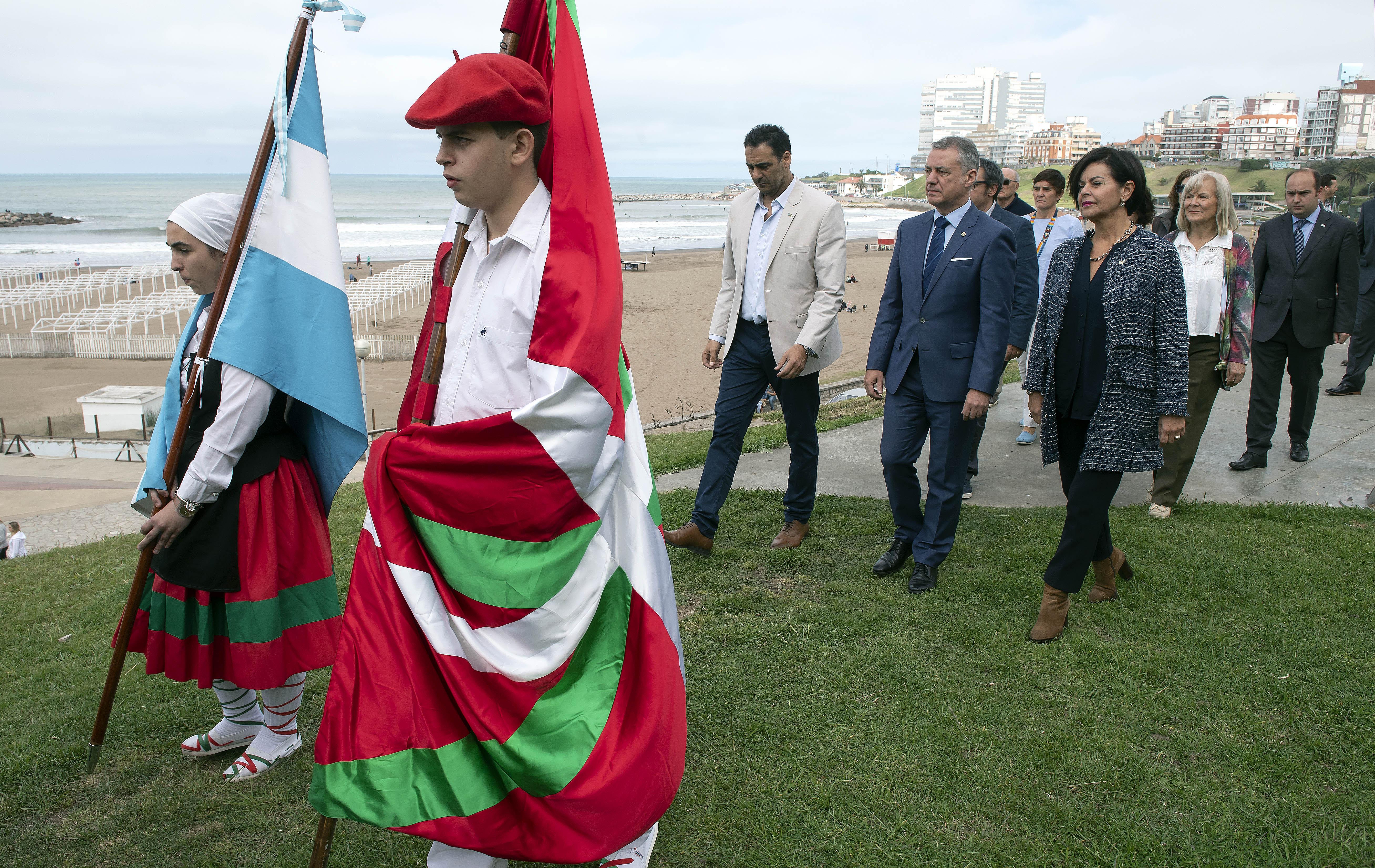 El Lehendakari participa en la ofrenda floral al monumento de la inmigración vasca
