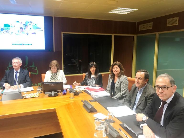 Cristina Uriarte, acompañada por sus viceconsejeras y viceconsejeros, ha presentado el proyecto de presupuestos del Departamento de Educación para el año 2019