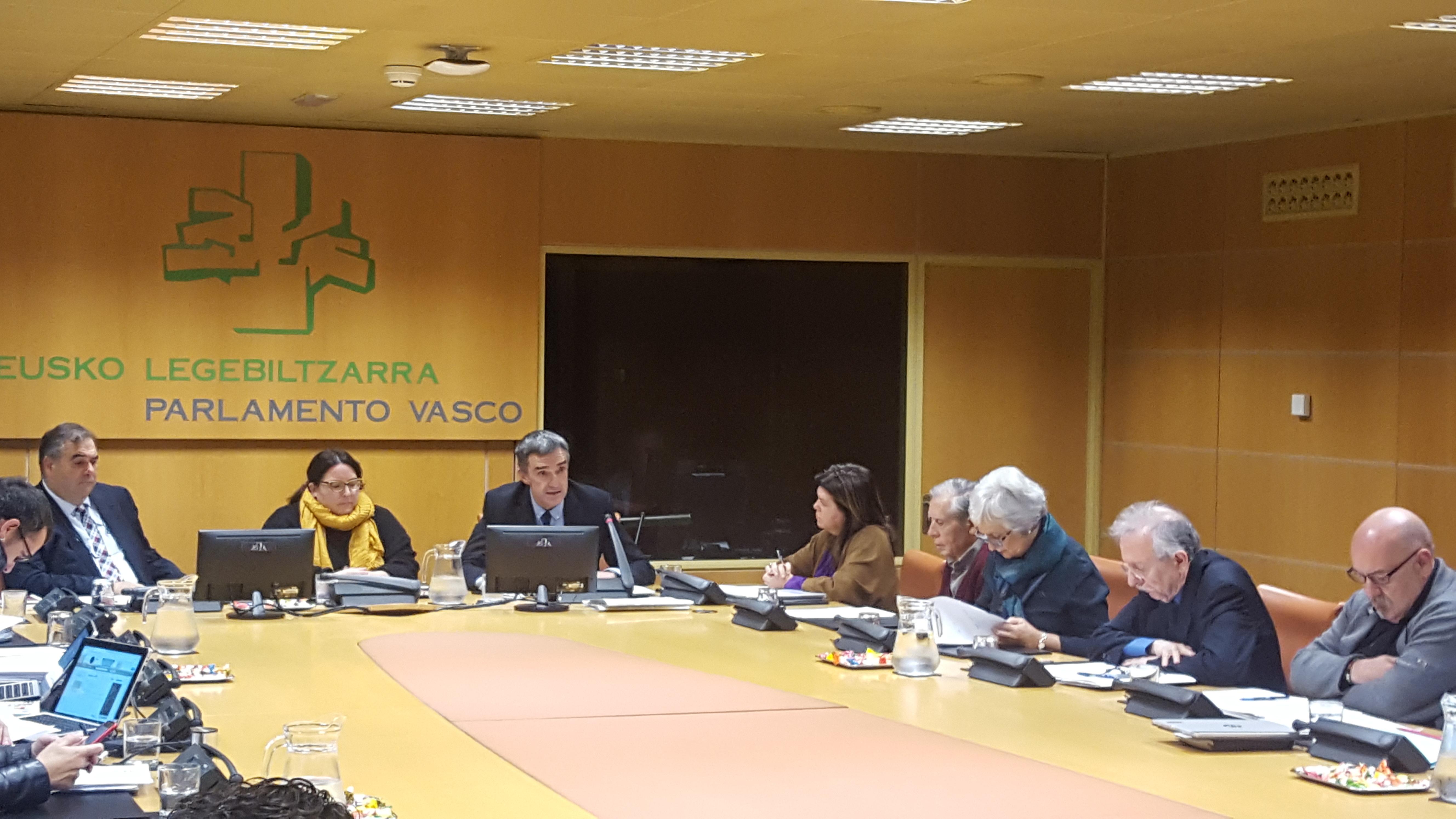"""El Gobierno Vasco presenta en el Parlamento los materiales del programa educativo """"Herenegun!"""" sobre la memoria reciente de Euskadi, para la asignatura de Historia"""