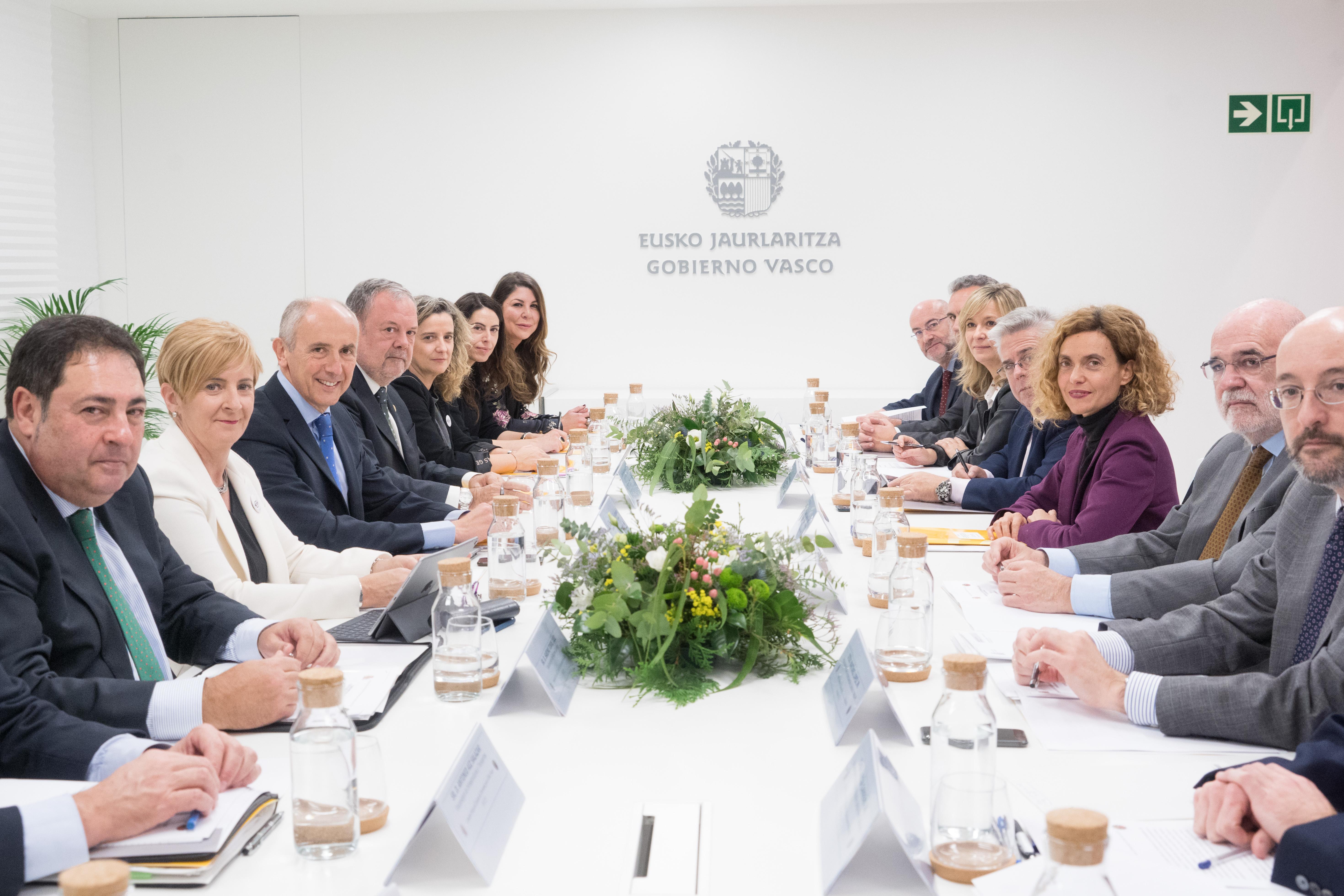 Los Gobiernos vasco y español acuerdan transferir a Euskadi dos líneas de ferrocarril y el último tramo pendiente de la AP-1