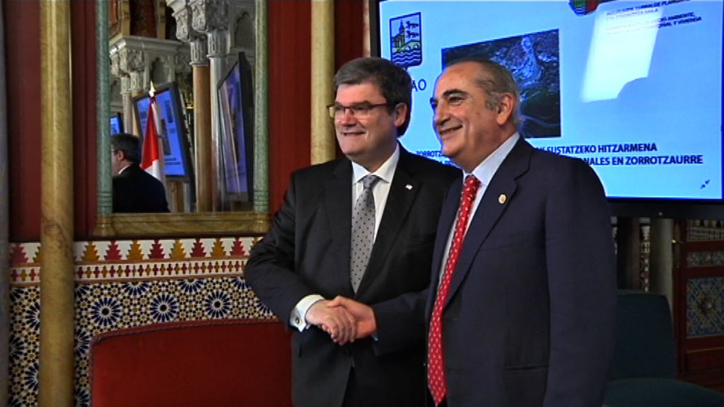 El Departamento de Vivienda y el Ayuntamiento de Bilbao firman un convenio para la construcción de 66 apartamentos para jóvenes en Zorrotzaurre