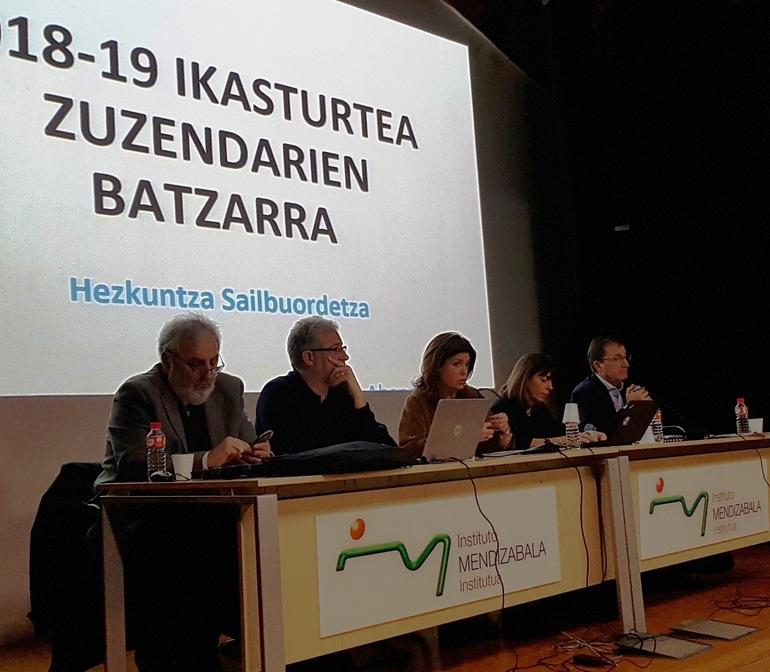 Maite Alonso (en el centro) ha dirigido la reunión