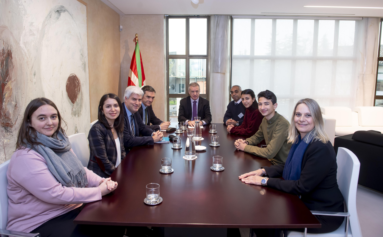 El lehendakari ha recibido a miembros del Parlamento de Estudiantes de UNRWA