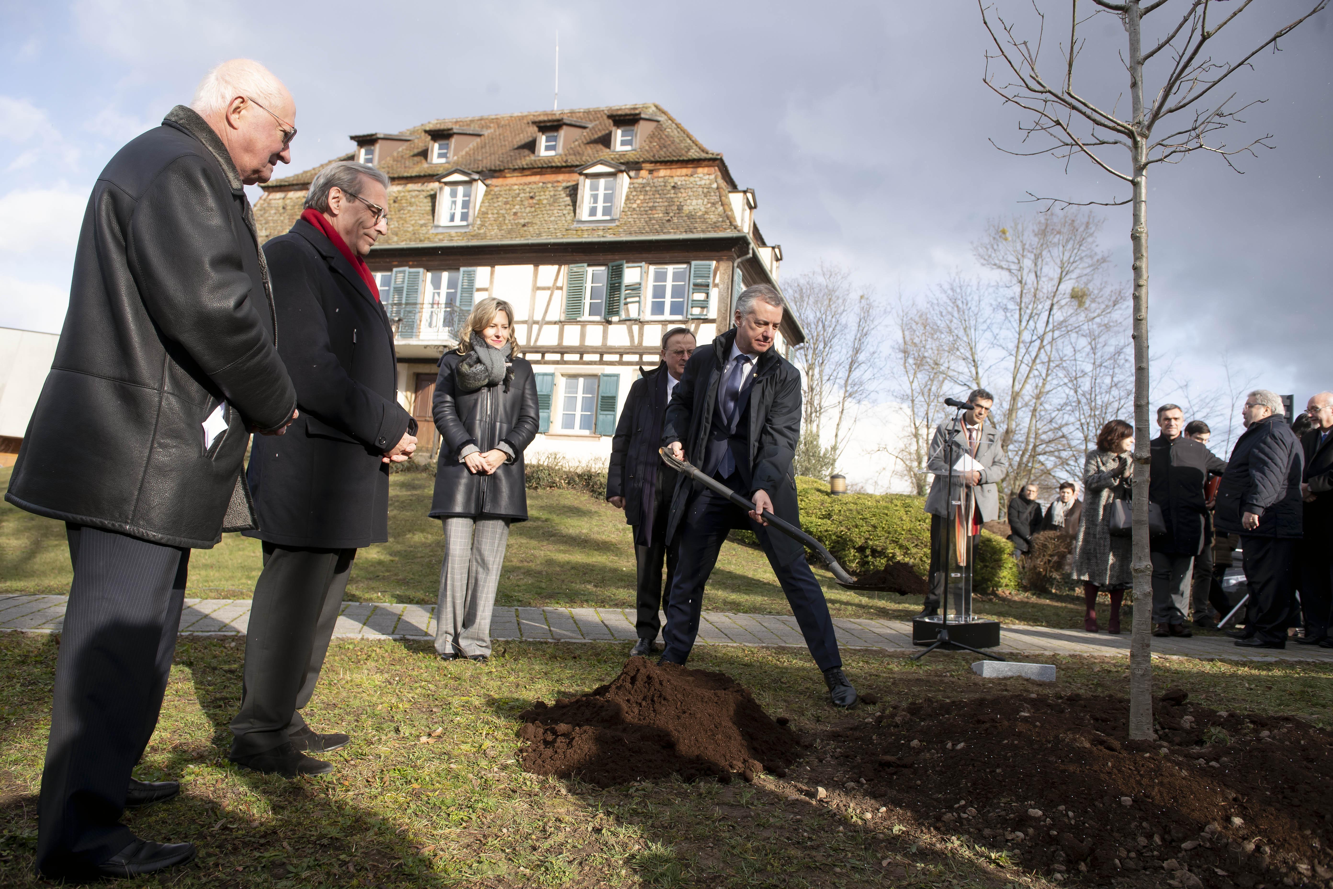 El Lehendakari participa en Estrasburgo en la plantación de un retoño del árbol de Gernika en el Instituto Internacional de Derechos Humanos René Cassin