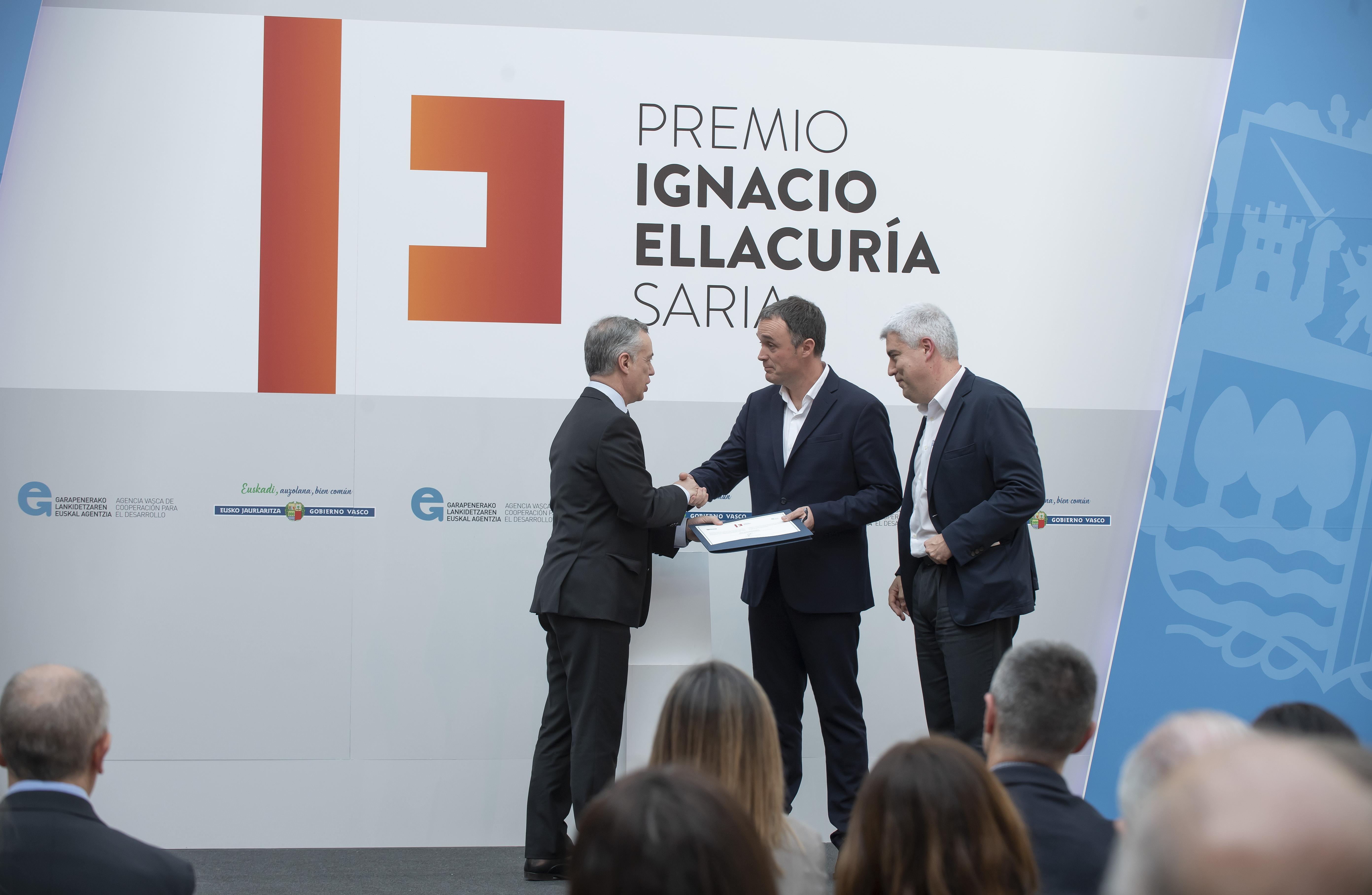 El Lehendakari entrega el Premio Ignacio Ellacuria de Cooperación 2018 al periodista Mikel Ayestaran