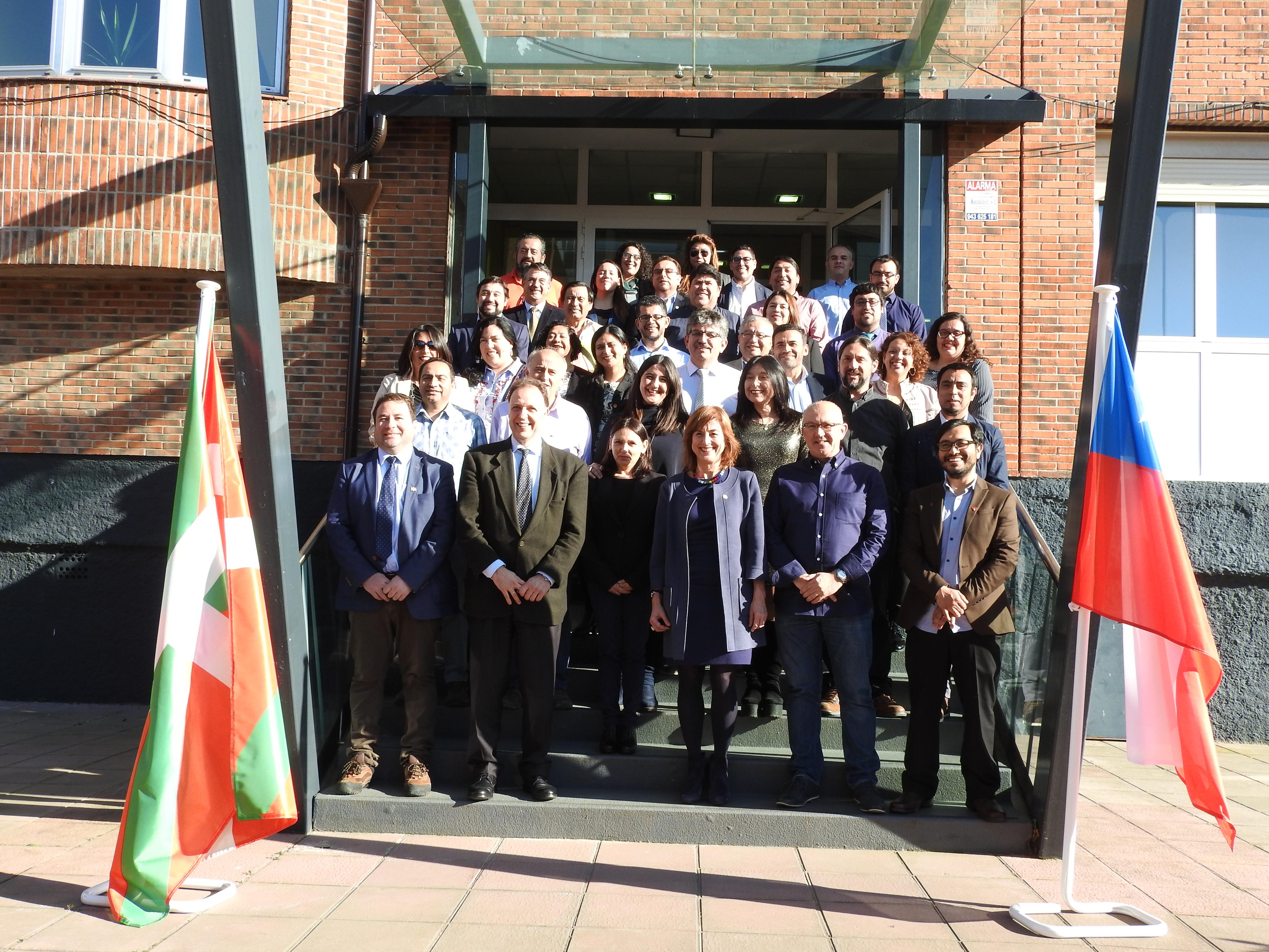 Cristina Uriarte mantiene un encuentro con profesores chilenos que han recibido formación en la FP vasca