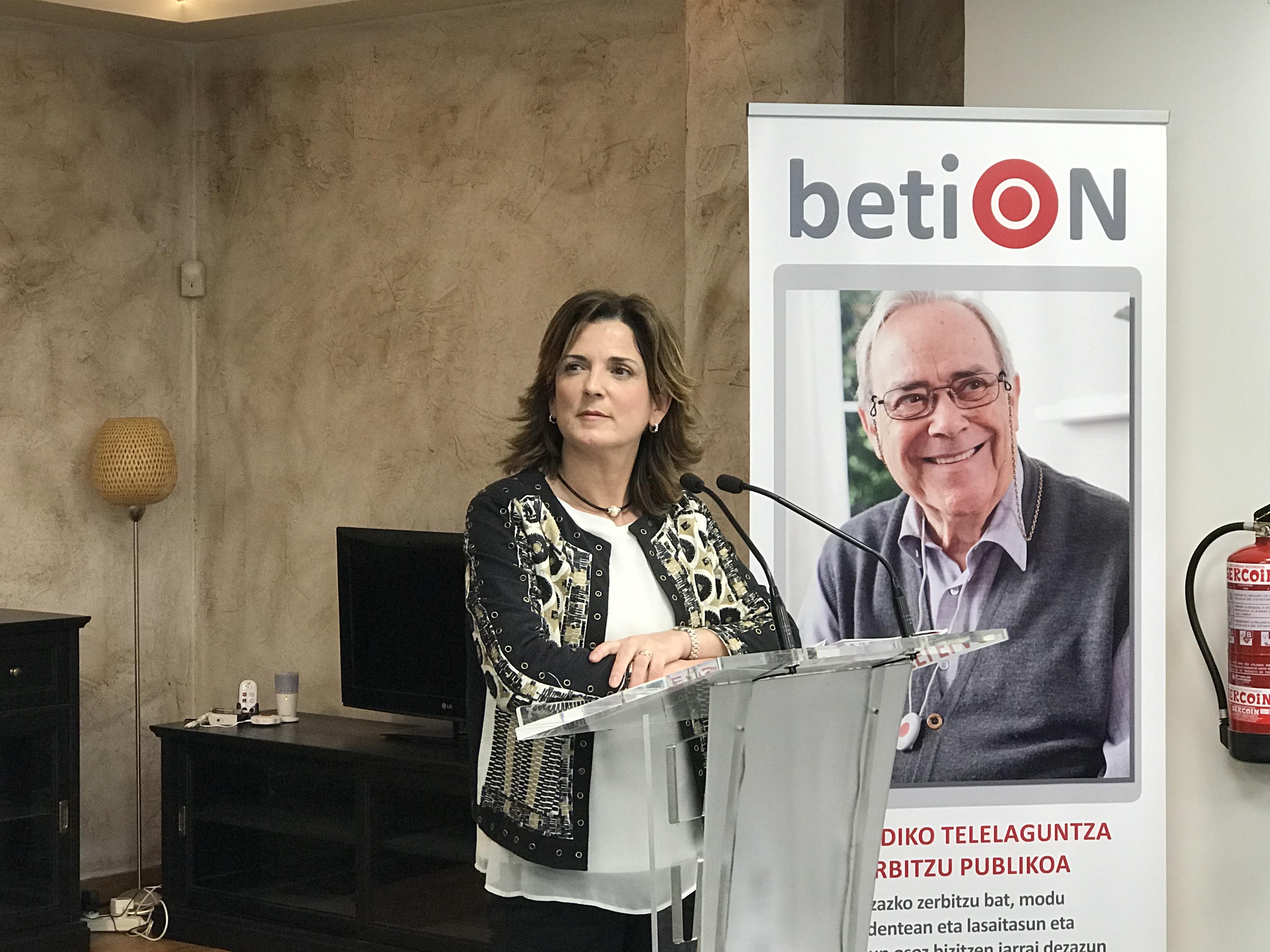 """Beatriz Artolazabal: """"betiON teleasistentzia zerbitzuak 50.000 erabiltzaile baino gehiago izan ditu eta pertsonalizazioan oinarritzen den ereduaren aldeko apustua egiten du"""""""