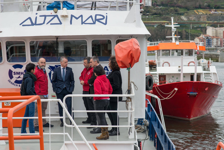 El Lehendakari visita el barco de rescate humanitario Aita Mari