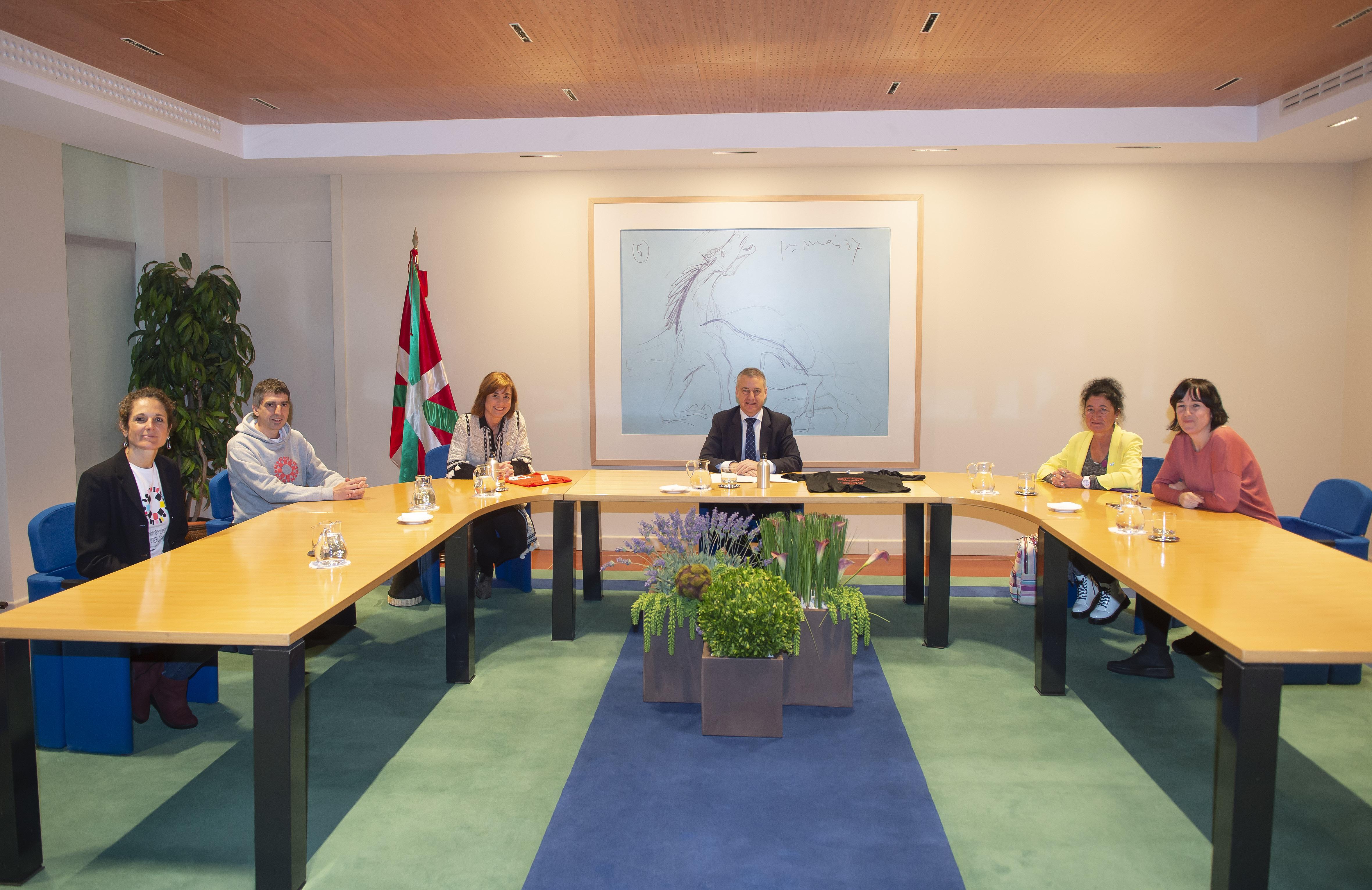 El Lehendakari se reúnecon representantes de la Asociación de Padres de Euskal Herria-EHIGE