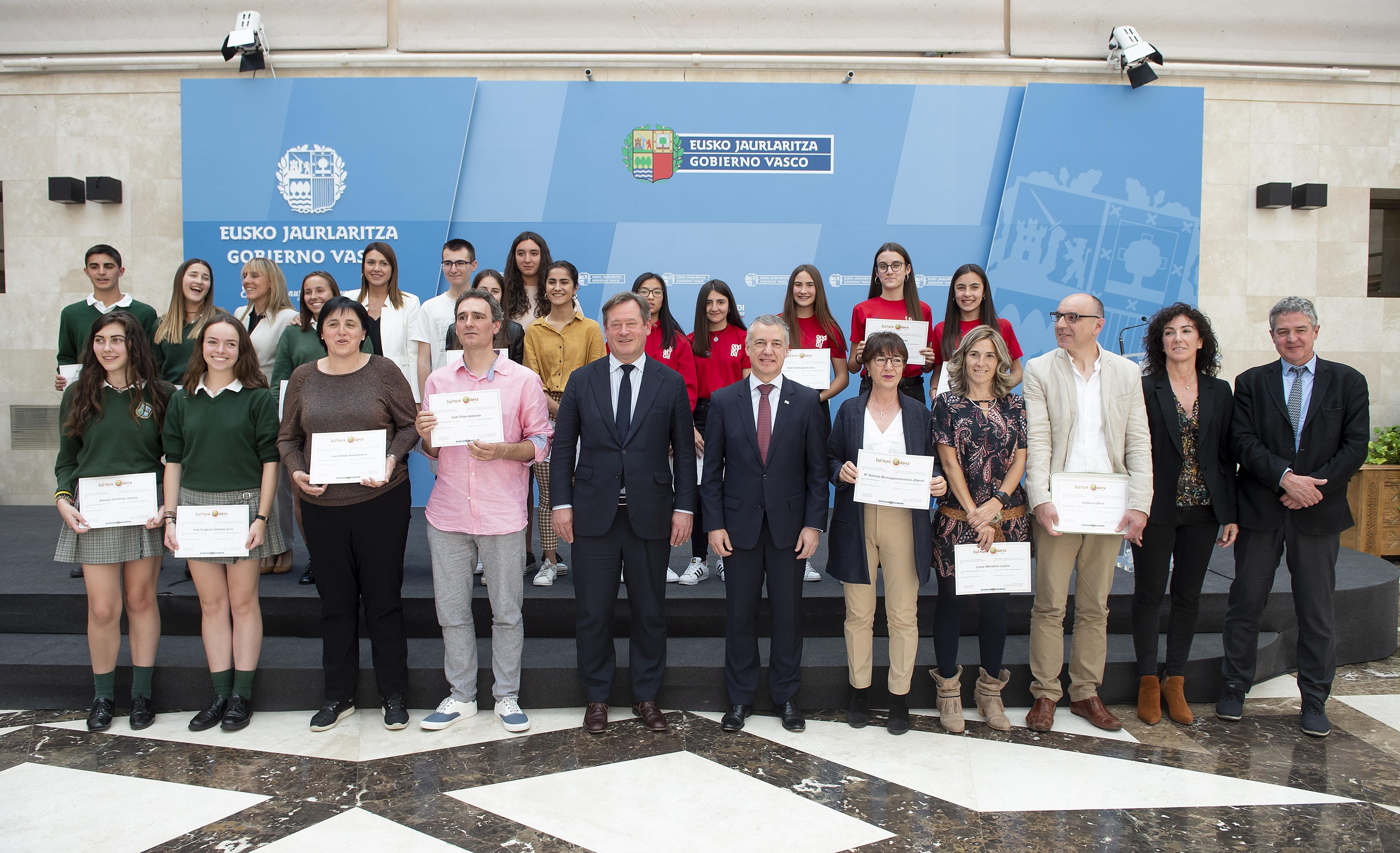 El Lehendakari ha presidido la entrega de los premios Kultura Ondarea 2019, que este año han sido para el Colegio Europa de Getxo, Lea Artibai Ikastetxea, de Makina-Xemein; y el Instituto de Ondarroa
