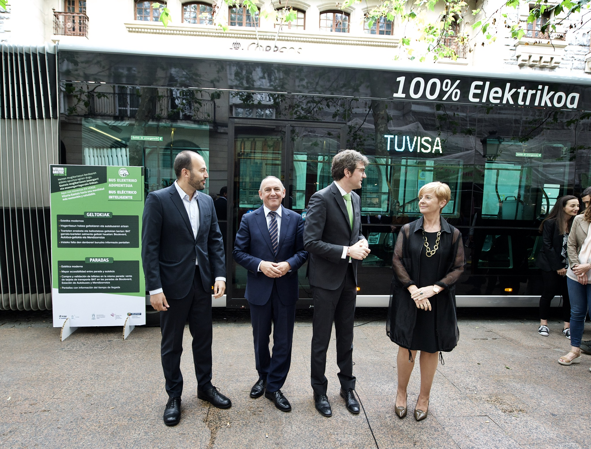 Autobus elektriko adimentsua aurkeztu da Gasteizen: garraio sistema iraultzaile horrek hiriko 14 auzo konektatuko ditu puntako teknologiako 13 autobus elektrikoren bitartez, zeinak Irizar e-mobility-k ekoitziko baititu