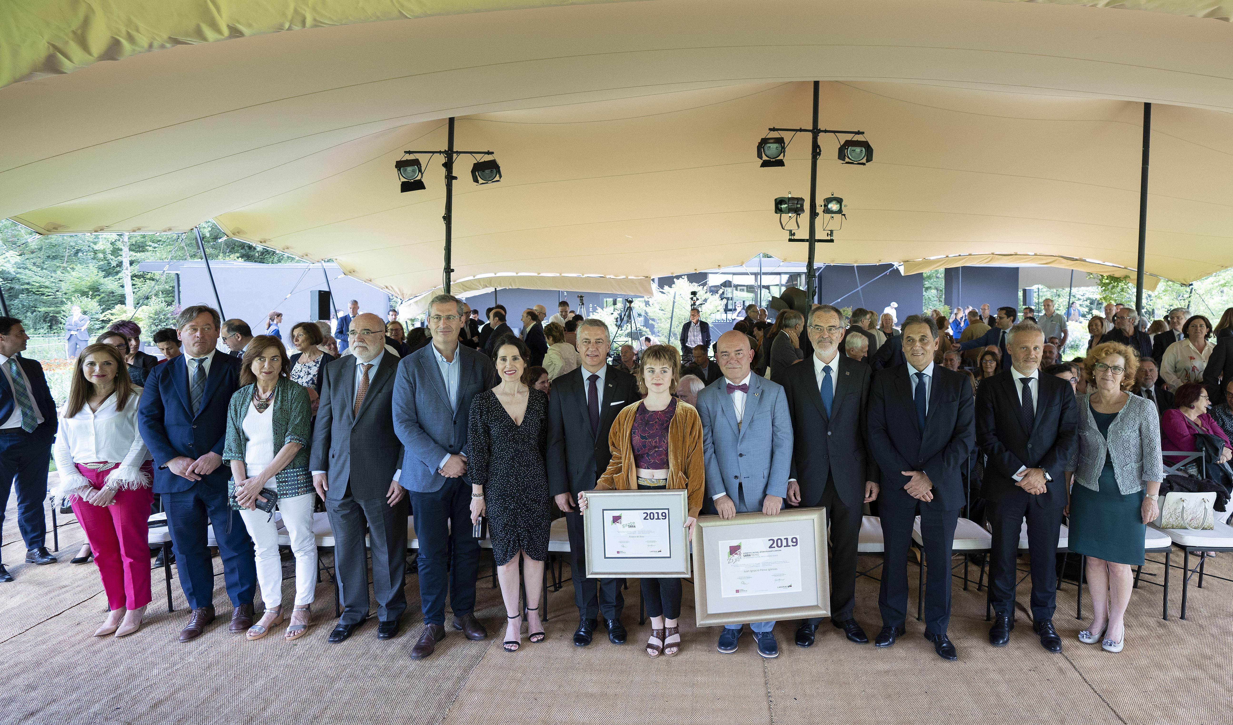 Lehendakariak Eusko Ikaskuntza-Laboral Kutxa Saria irabazi duten Juan Ignacio Pérezen eta Aizpea de Atxaren lana aitortu du