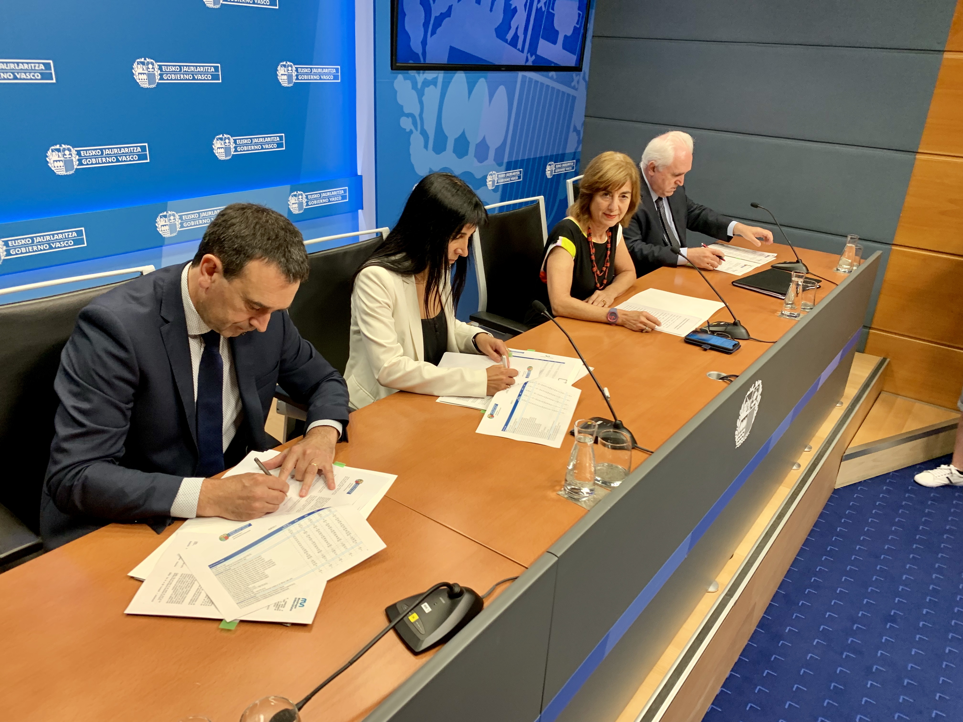 La consejera Uriarte firma los Contratos-Programa con las universidades del Sistema Universitario Vasco