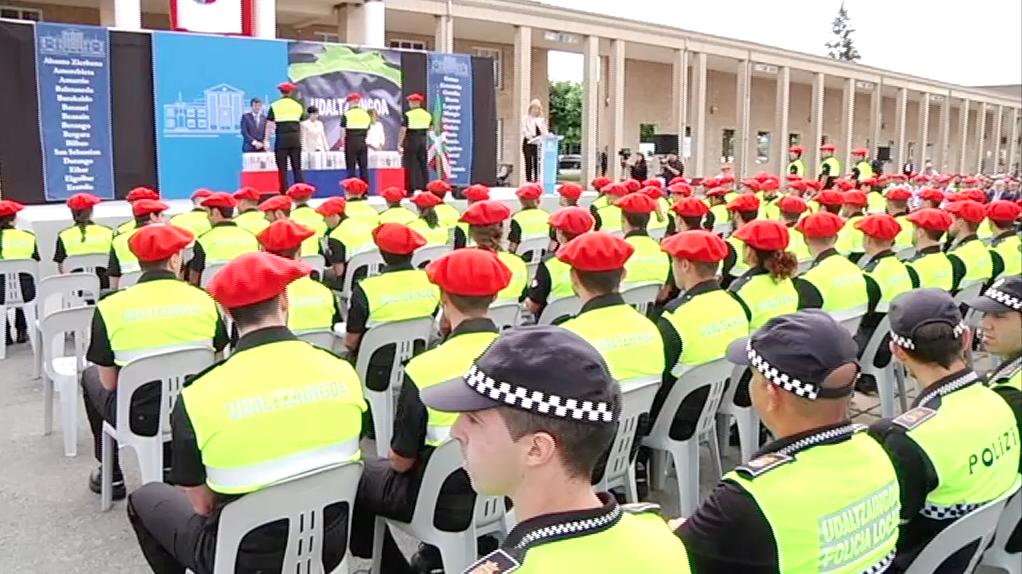 Un total de 243 aspirantes de 31 ayuntamientos vascos reciben los diplomas del curso de ingreso de Policía Local