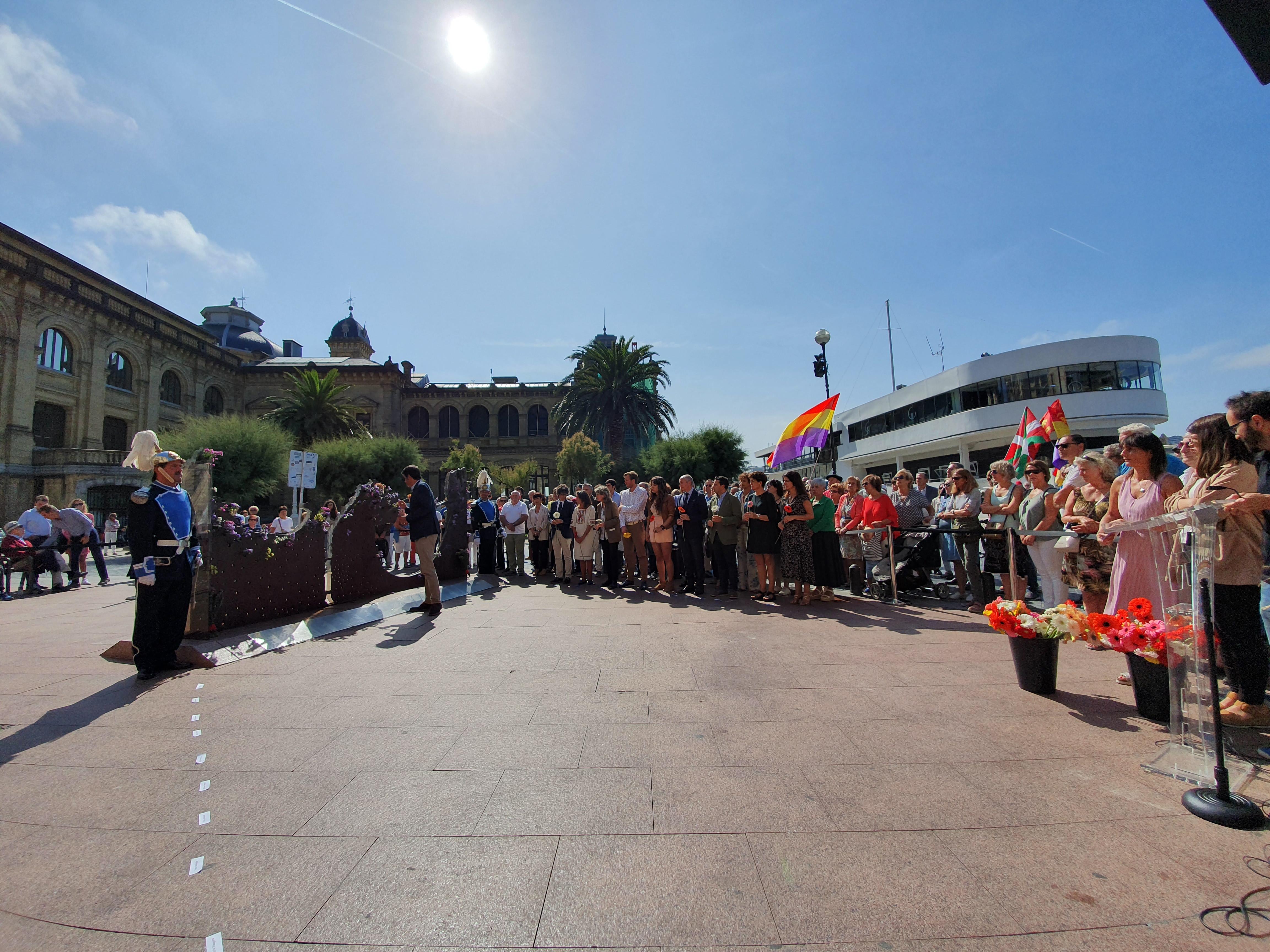 Josu Erkoreka e Iñaki Arriola recuerdan a las víctimas de la guerra y el franquismo en el Día de la Memoria de Donostia-San Sebastián