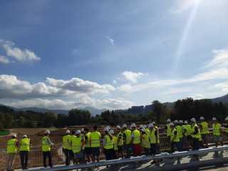Estudiantes de ingenier a civil de la upv frente al nuevo brazo del cadagua