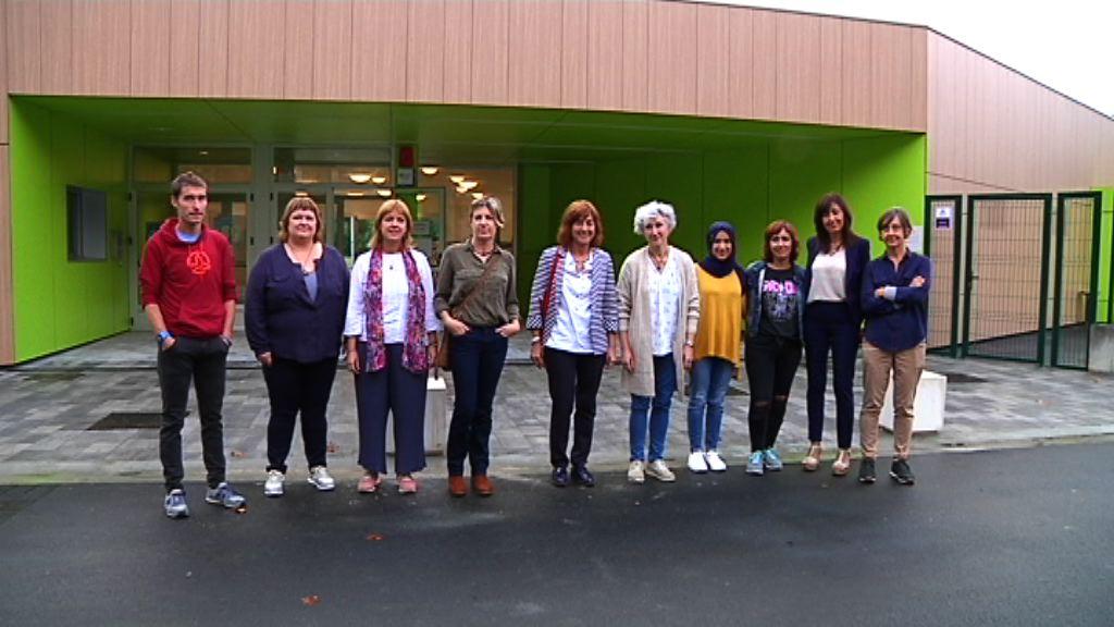 La Consejera Uriarte visita la eskola txikia de Arroa
