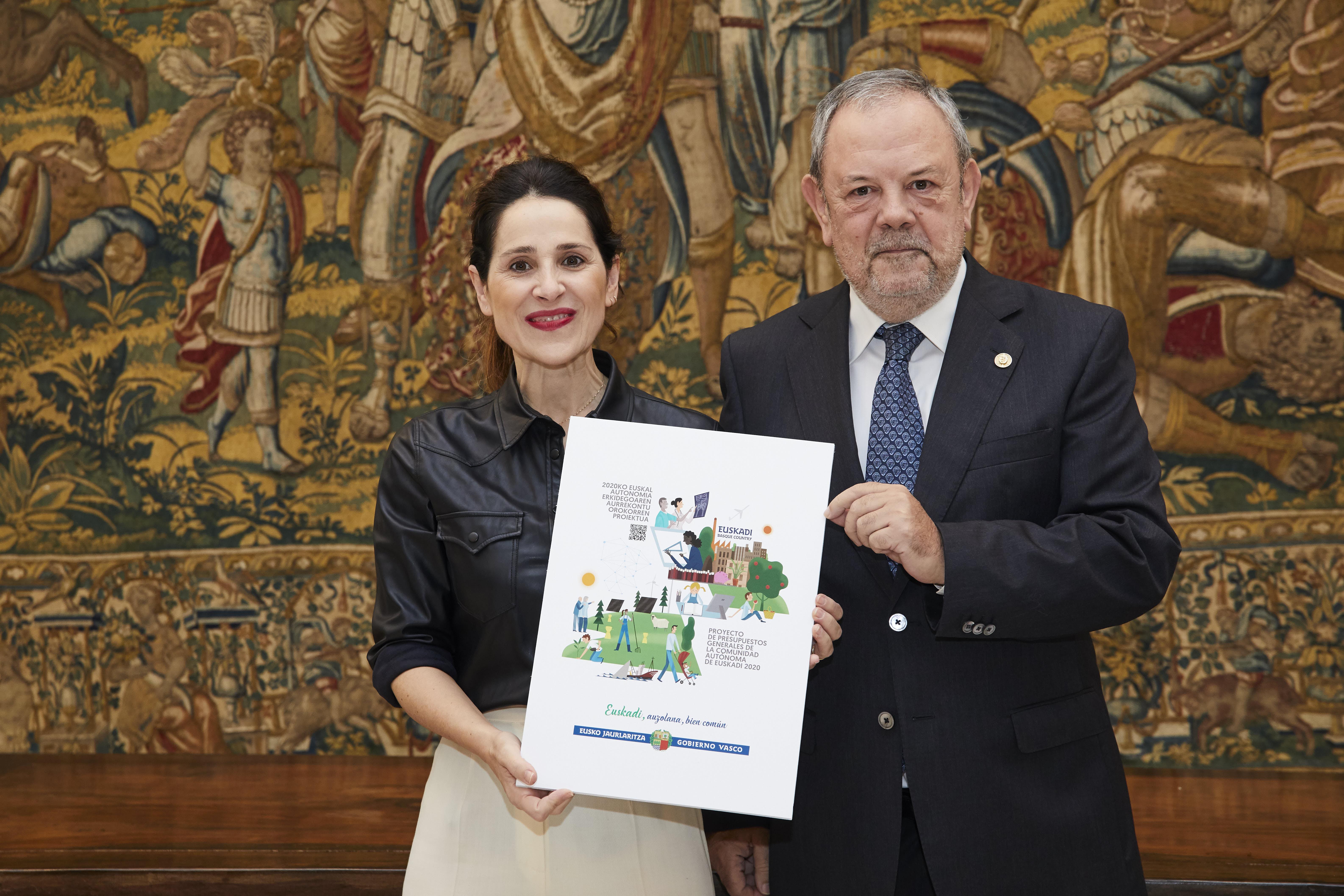 Pedro Azpiazu sailburuak Legebiltzarreko presidenteari Euskadiren 2020 ekitaldirako Aurrekontu Orokorren Lege-proiektua entregatu dio