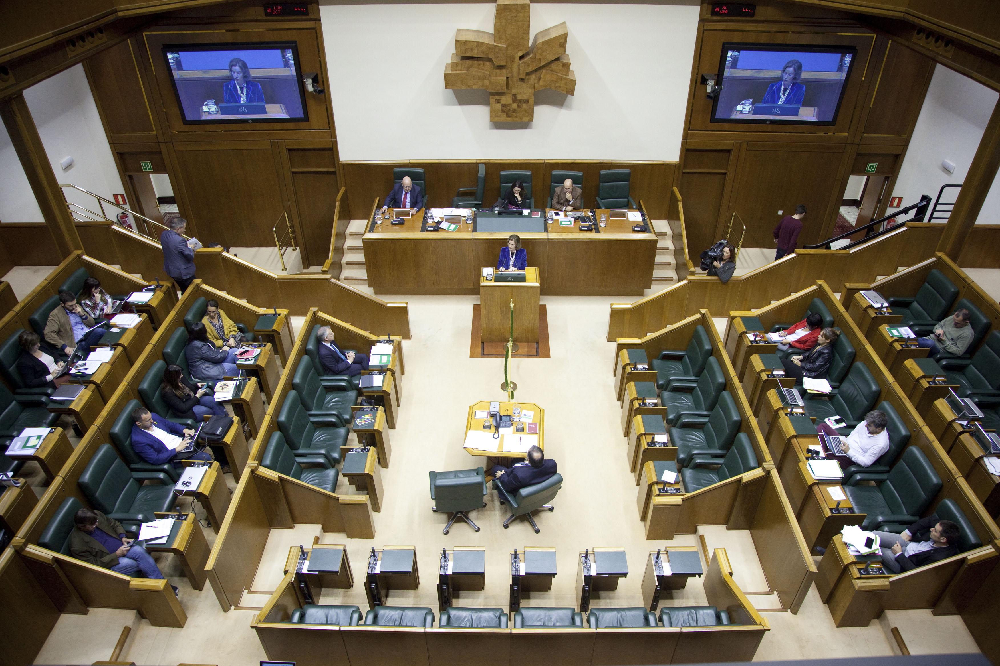 La Consejera Sonia Pérez Ezquerra anuncia un conjunto de nuevas medidas para el impulso del comercio de Euskadi en el Pleno Monográfico desarrollado en el Parlamento Vasco
