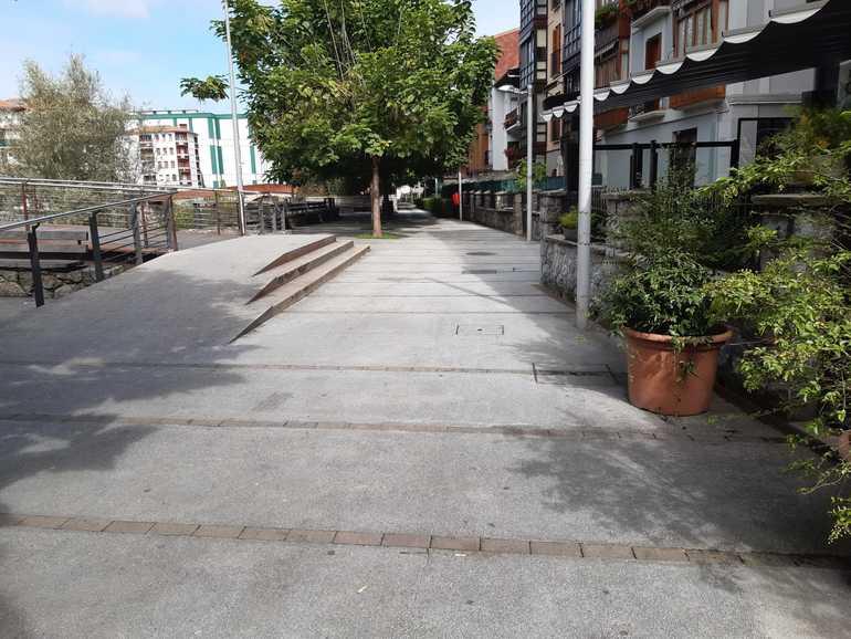 Oriaren_eskuin_ertzeko_erriberako_ibilbidea_Udal_eta_Zubimusuren_artean_-_Paseo_de_ribera_en_la_margen_derecha_en_el_Oria_entre_el_Ayuntamiento_y_el_puente_de_Zubimusu.jpg