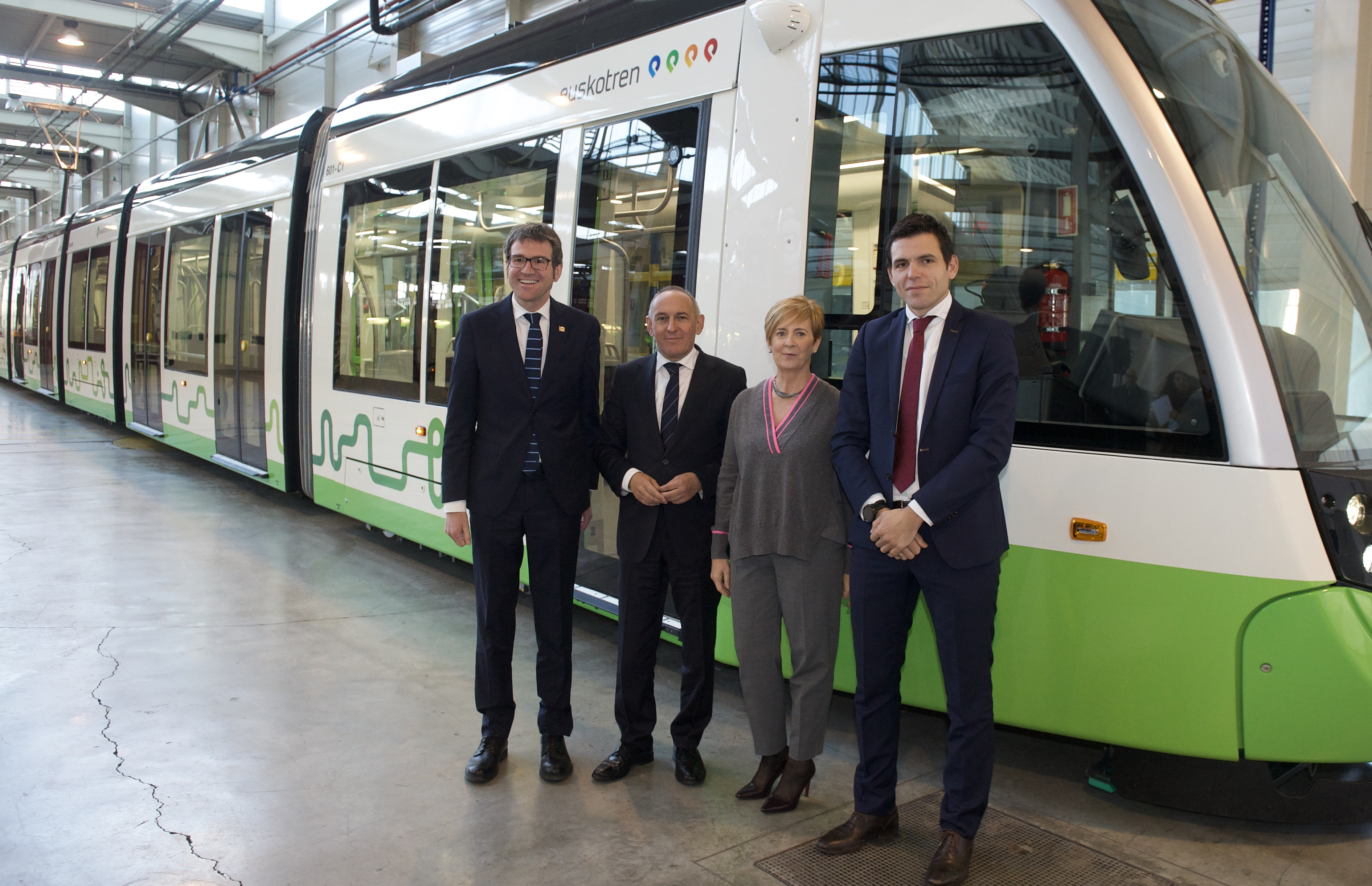 """Euskotren presenta la primera unidad de los nuevos tranvías """"extralargos"""" de Vitoria-Gasteiz"""