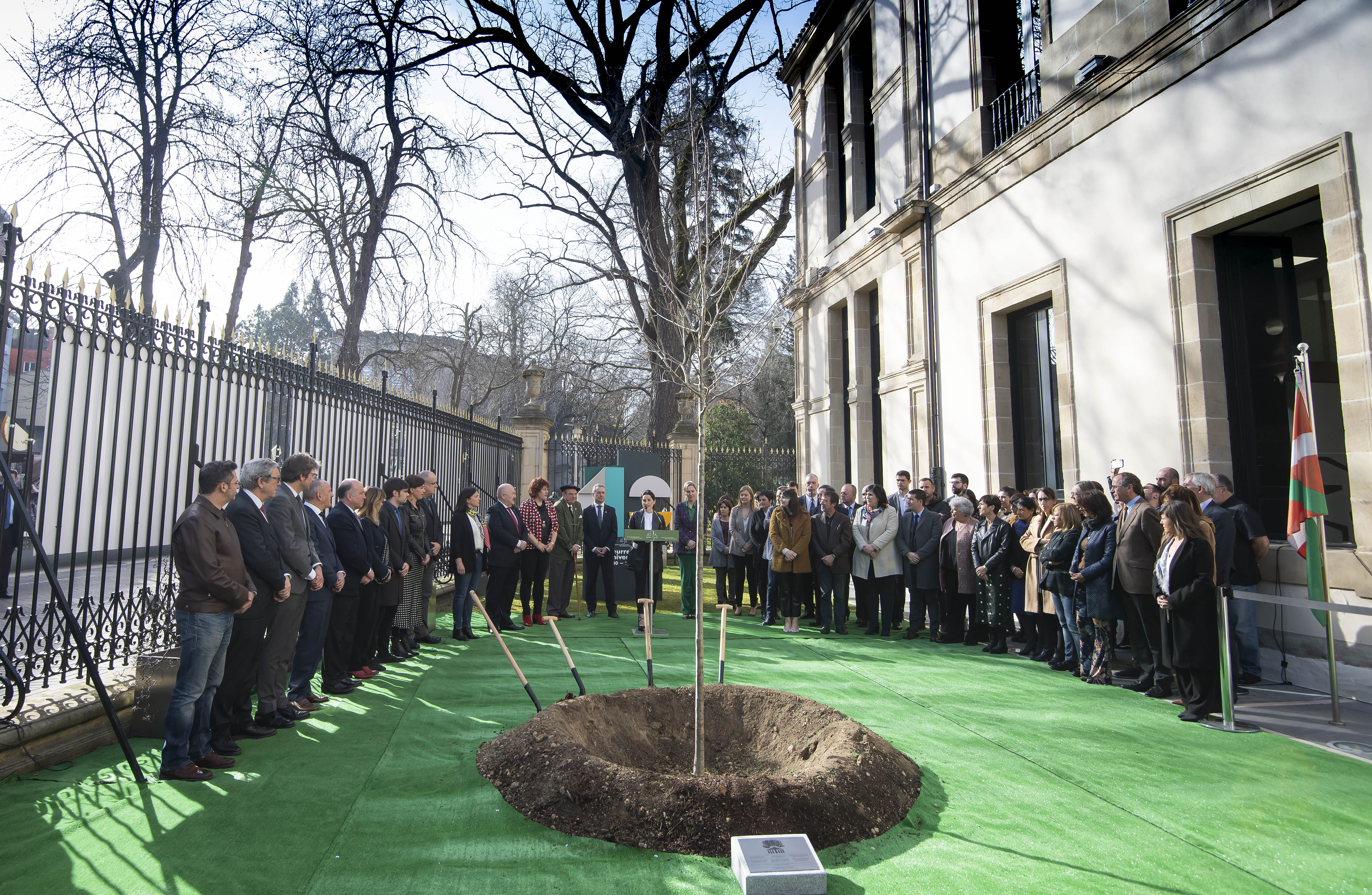 El Lehendakari asiste a la plantación del retoño del Árbol de Gernika en el Parlamento Vasco