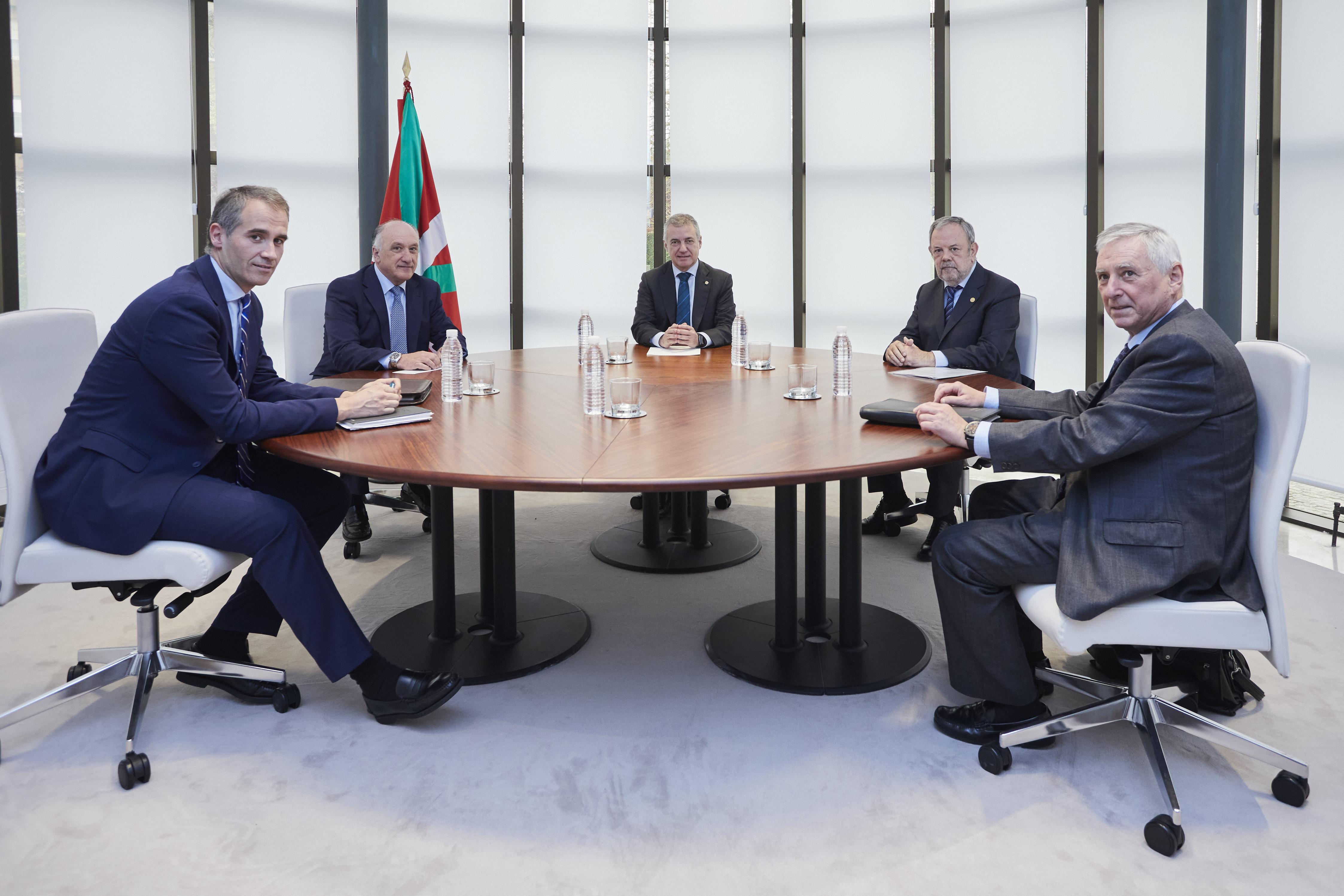El Lehendakari y el Consejero Azpiazu se reúnen con Elkargi SGR para valorar la demanda de la línea de financiación de circulante de 500m/€ [1:47]