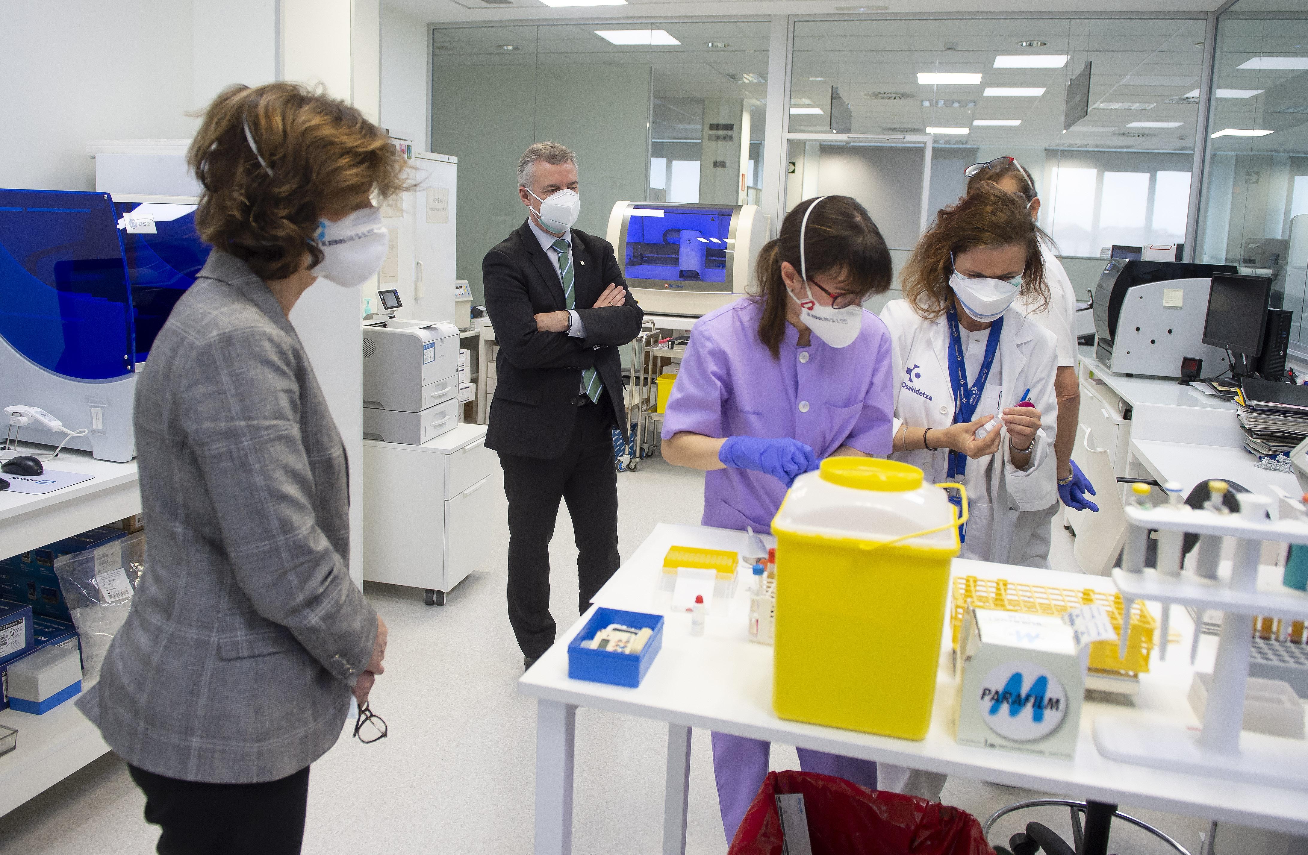 El Lehendakari reconoce el esfuerzo y trabajo en red del equipo de profesionales de los laboratorios de Osakidetza para hacer frente al Coronavirus