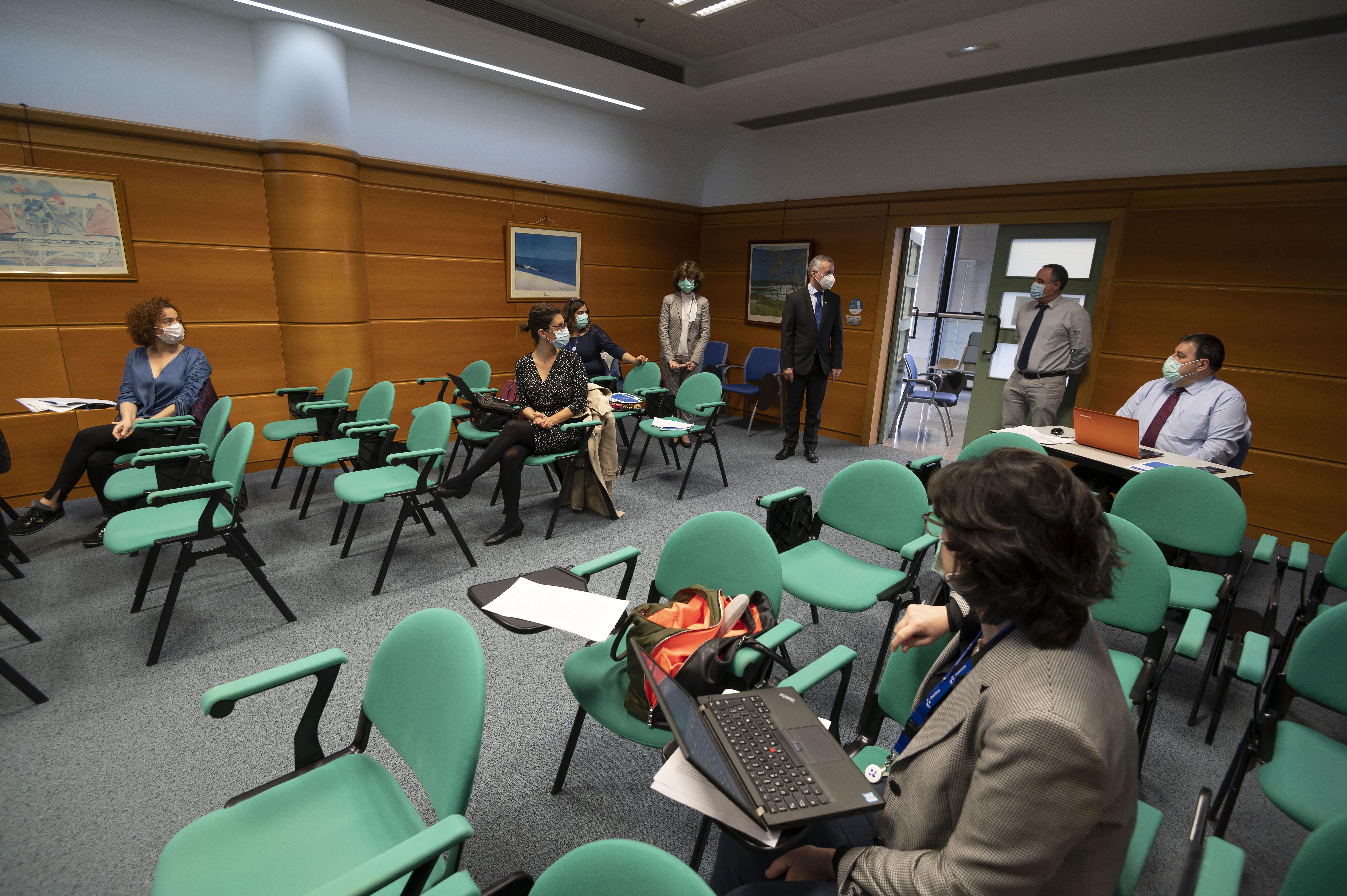 El Lehendakari Iñigo Urkullu se reúne con el equipo de salud que se encargará de la identificación y seguimiento de casos [0:44]