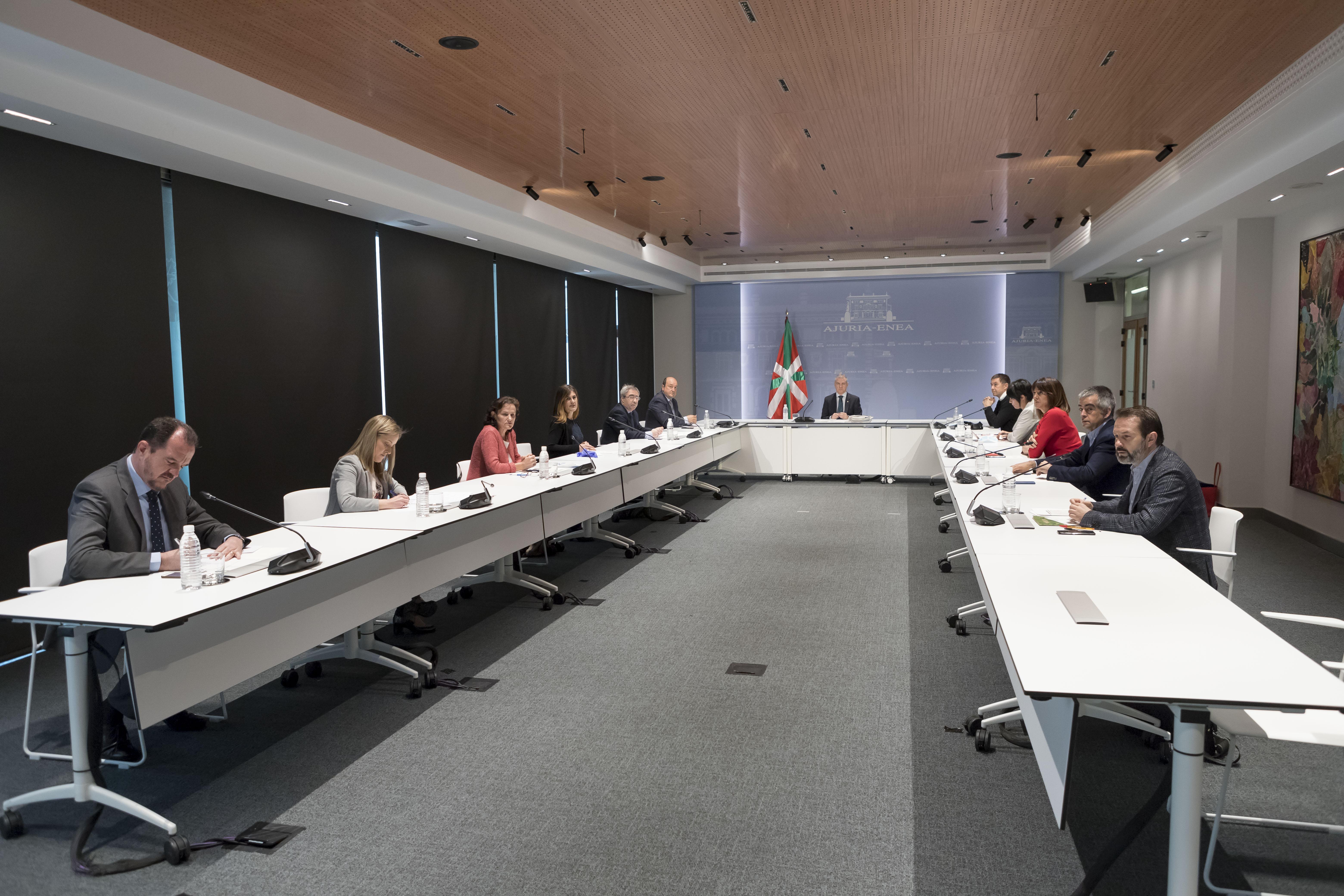 El Lehendakari preside la reunión de la Mesa de Partidos Políticos