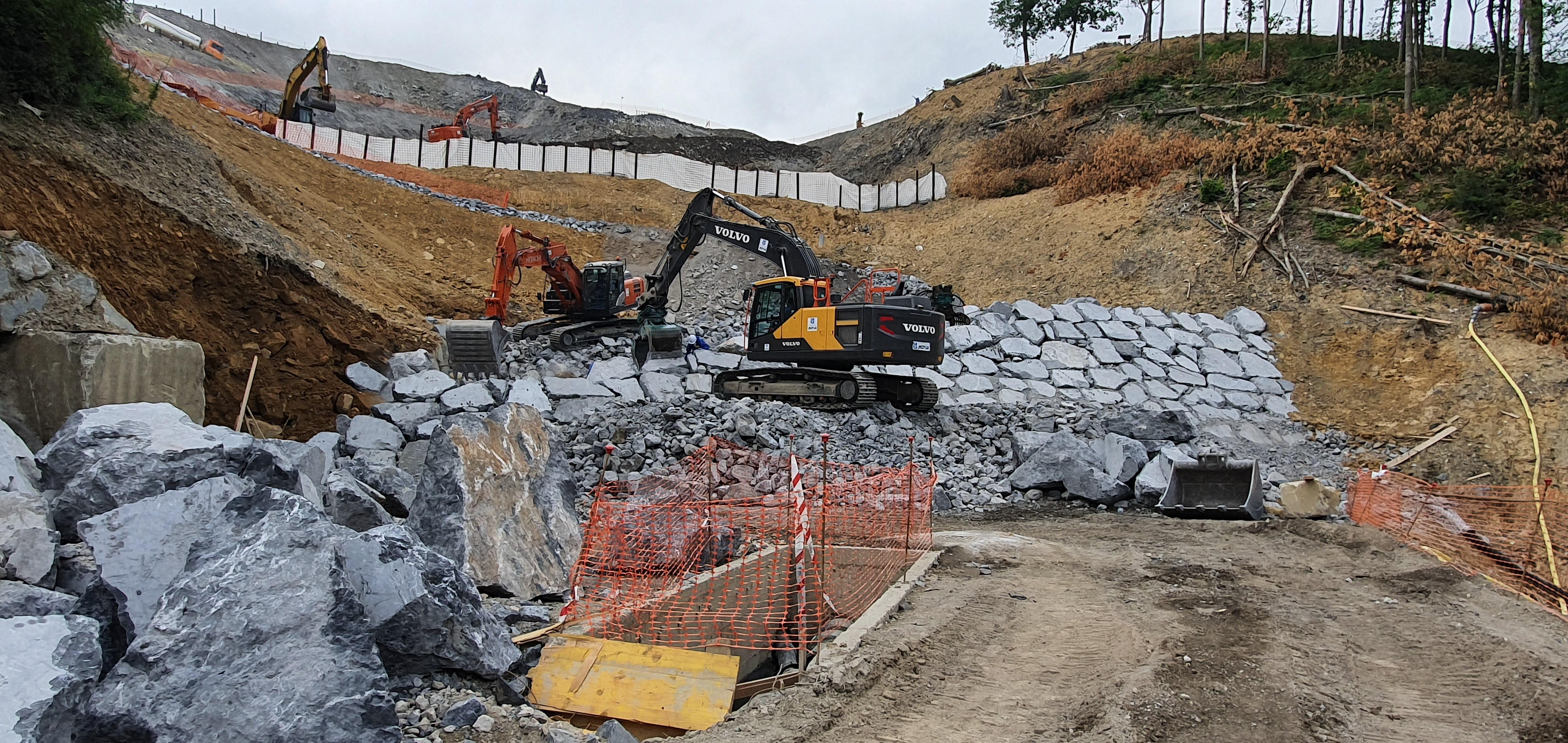 Medio Ambiente construye un dique en el vertedero de Zaldibar que permitirá reabrir los cuatro carriles de la AP-8  [2:40]