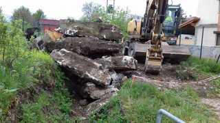 Retirada  de un muro muro del arroyo zabala