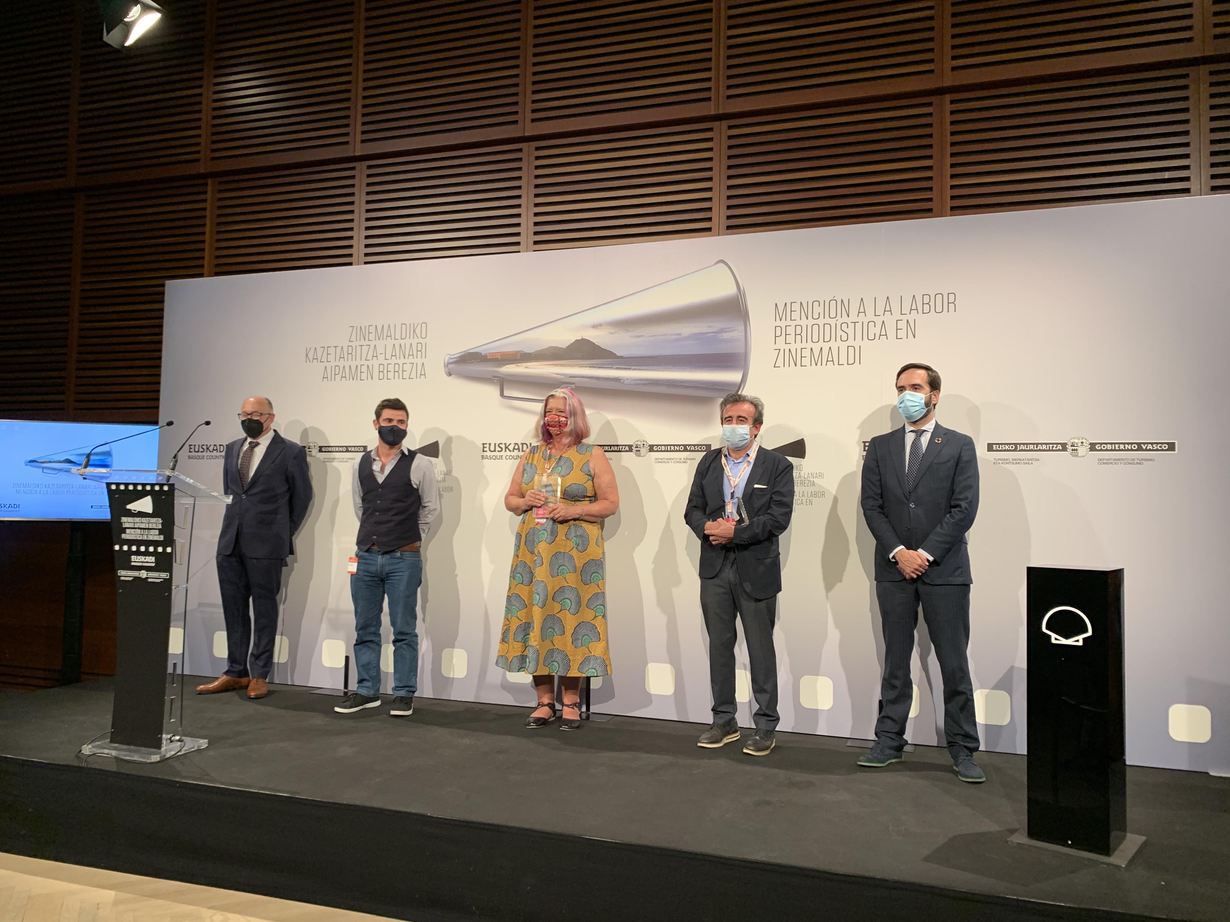 """El Consejero Javier Hurtado entrega la """"Mención a la labor periodística en Zinemaldia"""" a los críticos cinematográficos Oti Rodríguez y Stephanie Bunbury [0:00]"""