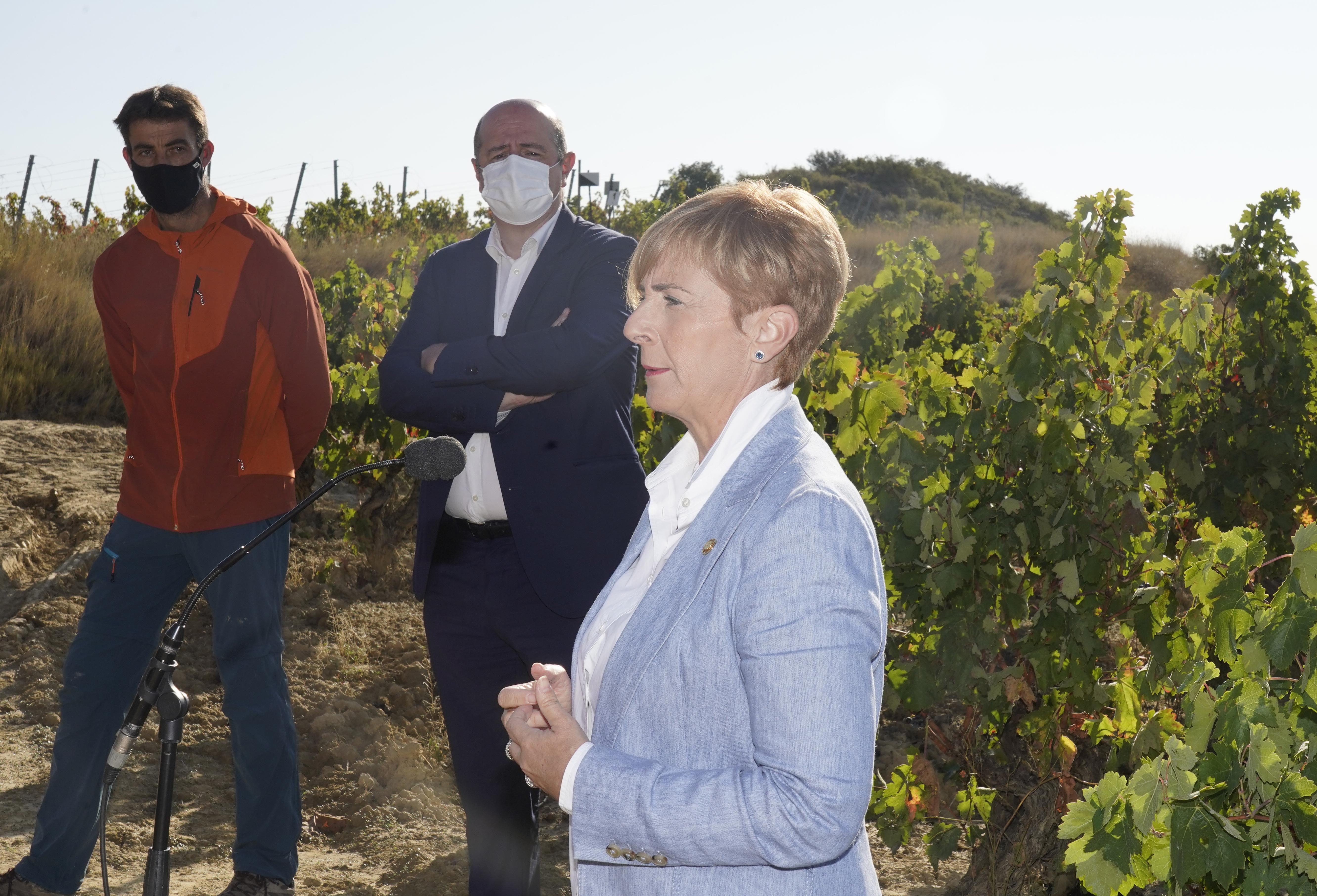 La_consejera_de_Desarrollo_Econ_mico__Sostenibilidad_y_Medio_Ambiente__Arantxa_Tapia__visita_la_Rioja_alavesa_con_motivo_de_la_campa_a_de_la_vendimia20200929_5658.jpg