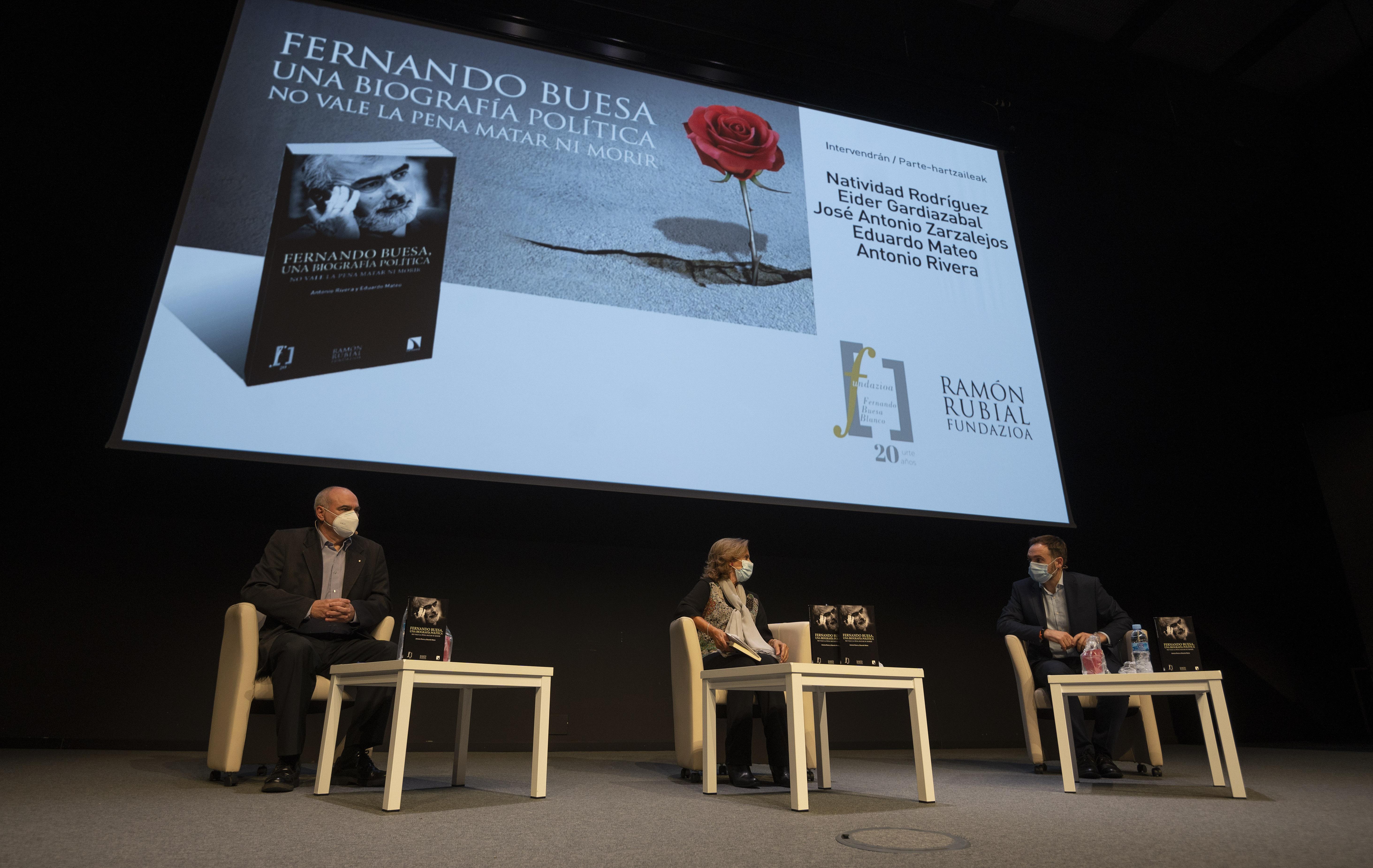 """Lehendakaria """"Fernando Buesa, una biografía política. No vale la pena matar ni morir"""" liburuaren aurkezpenean izan da [0:00]"""
