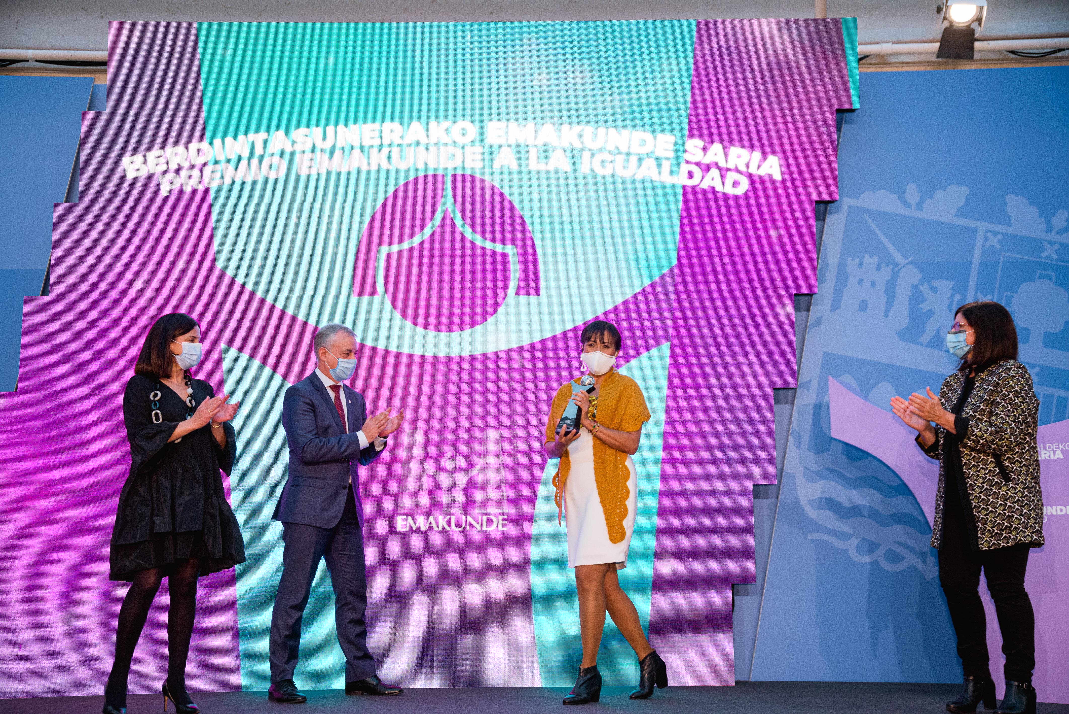 El Lehendakari entrega el Premio Emakunde a la educadora feminista Cony Carranza por su trabajo con las mujeres migradas   [0:00]