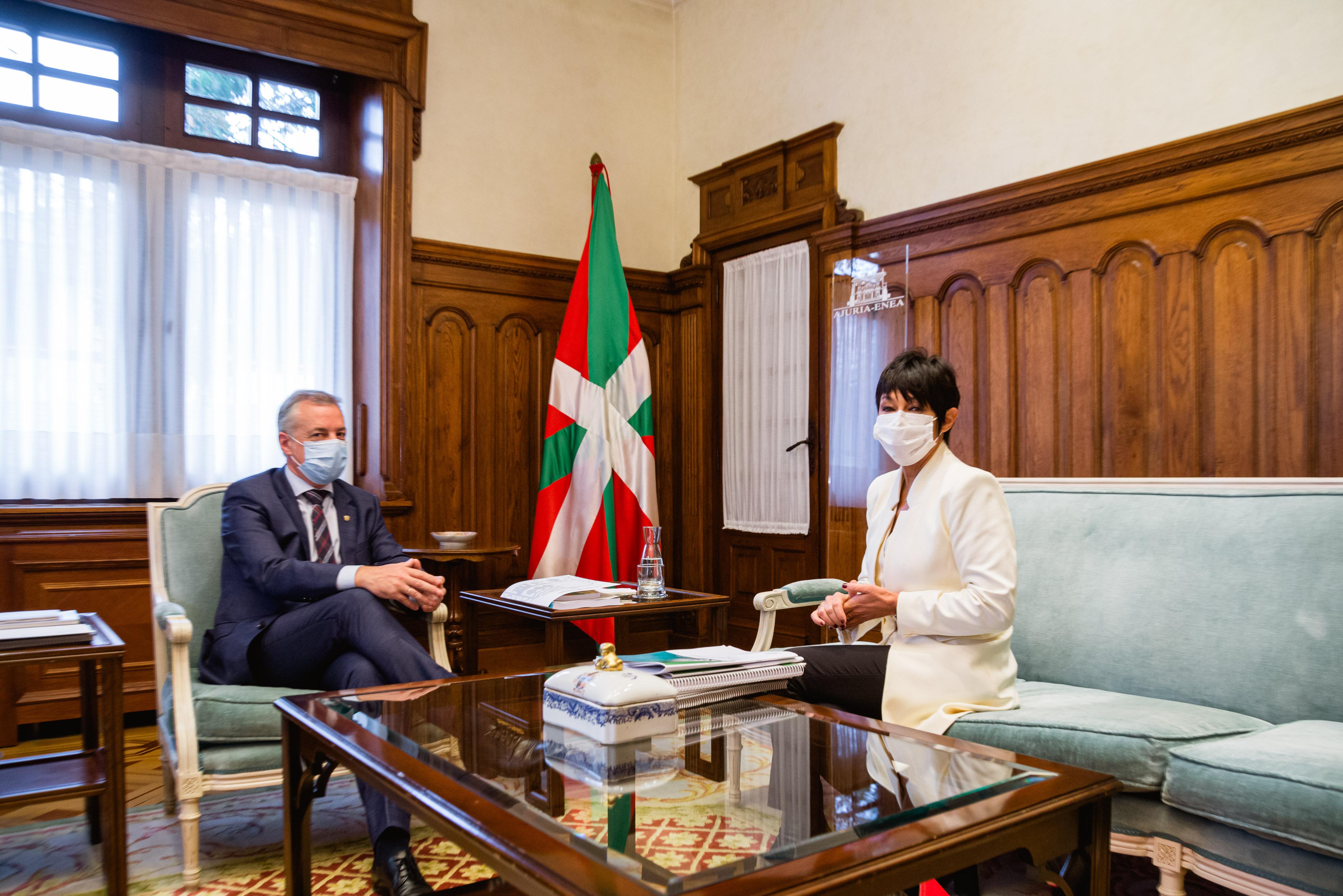 El Lehendakari recibe a la parlamentaria vasca de EH-Bildu, Maddalen Iriarte [0:00]
