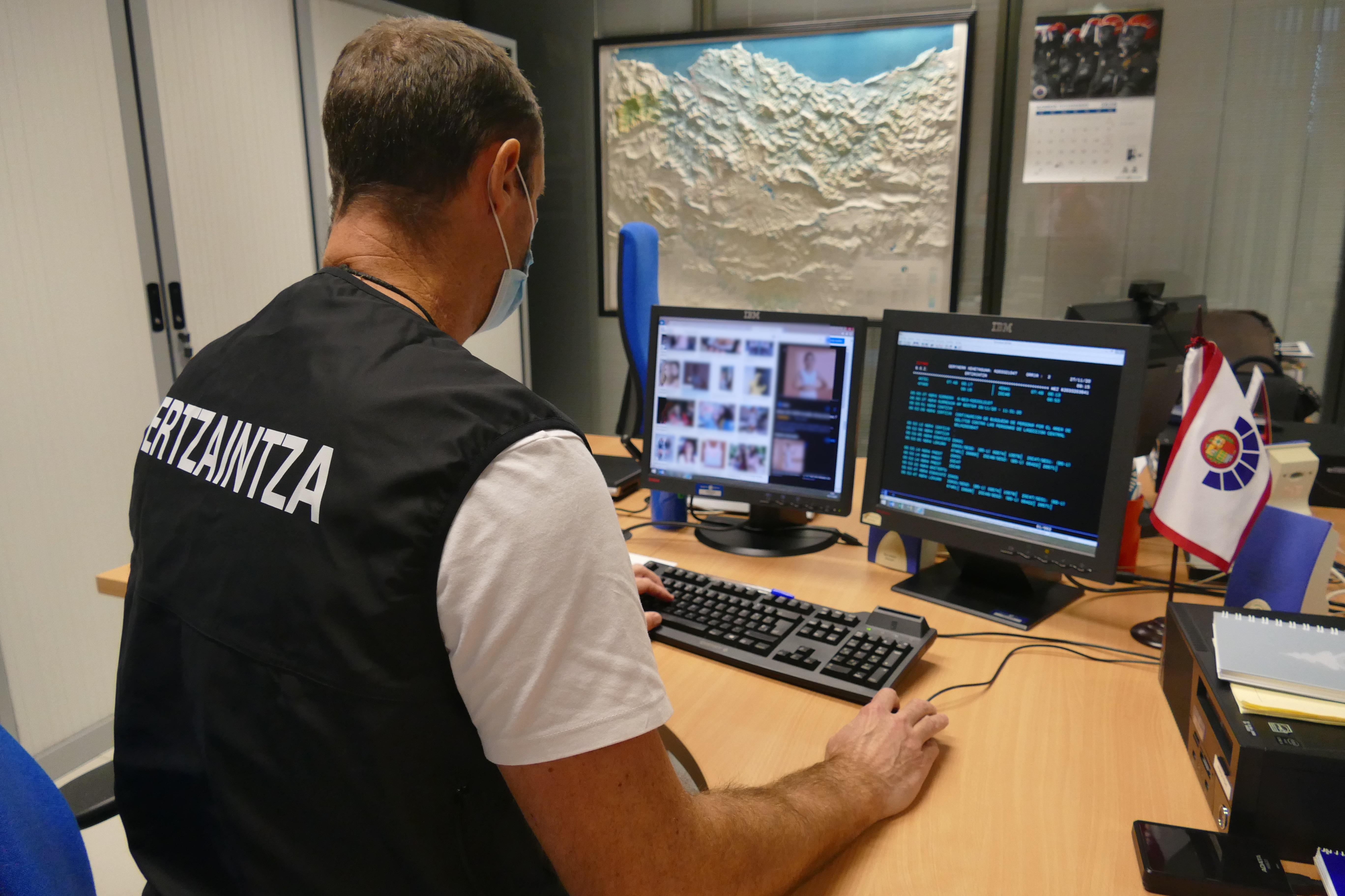 La investigación 'Erasoak' de la Ertzaintza permite identificar en España a tres personas que captaban a mujeres menores de edad para realizar pornografía online  [0:00]