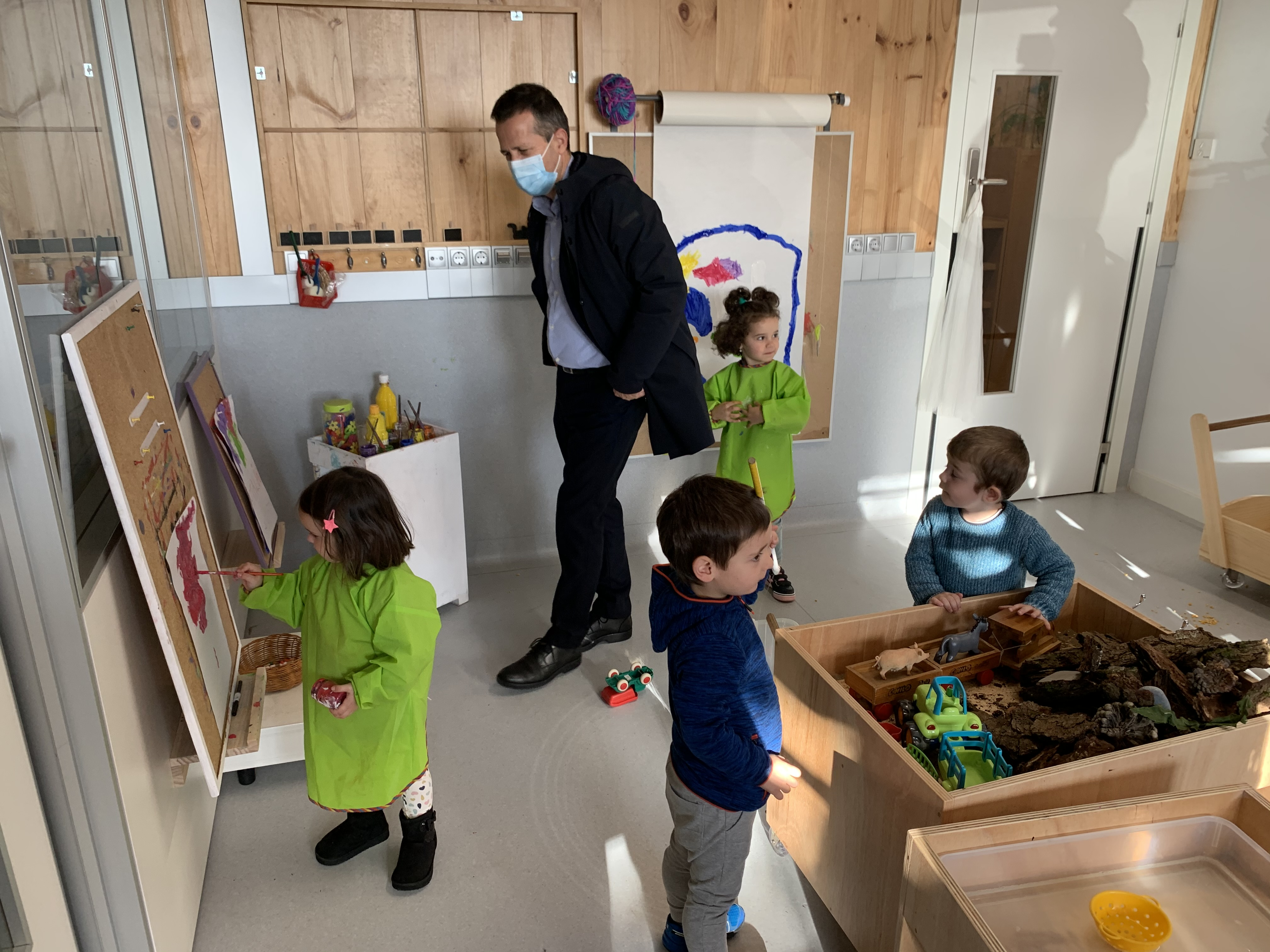 Jokin Bildarratz visita el nuevo edificio de la Eskola Txikia de Alkiza [6:17]